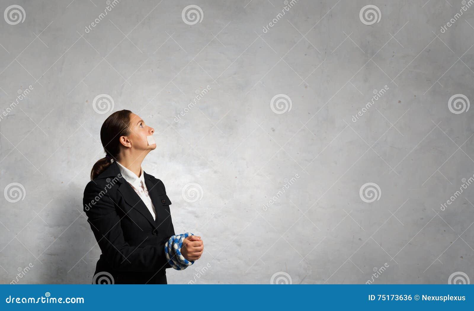 Mållös kvinna med trötta händer Blandat massmedia