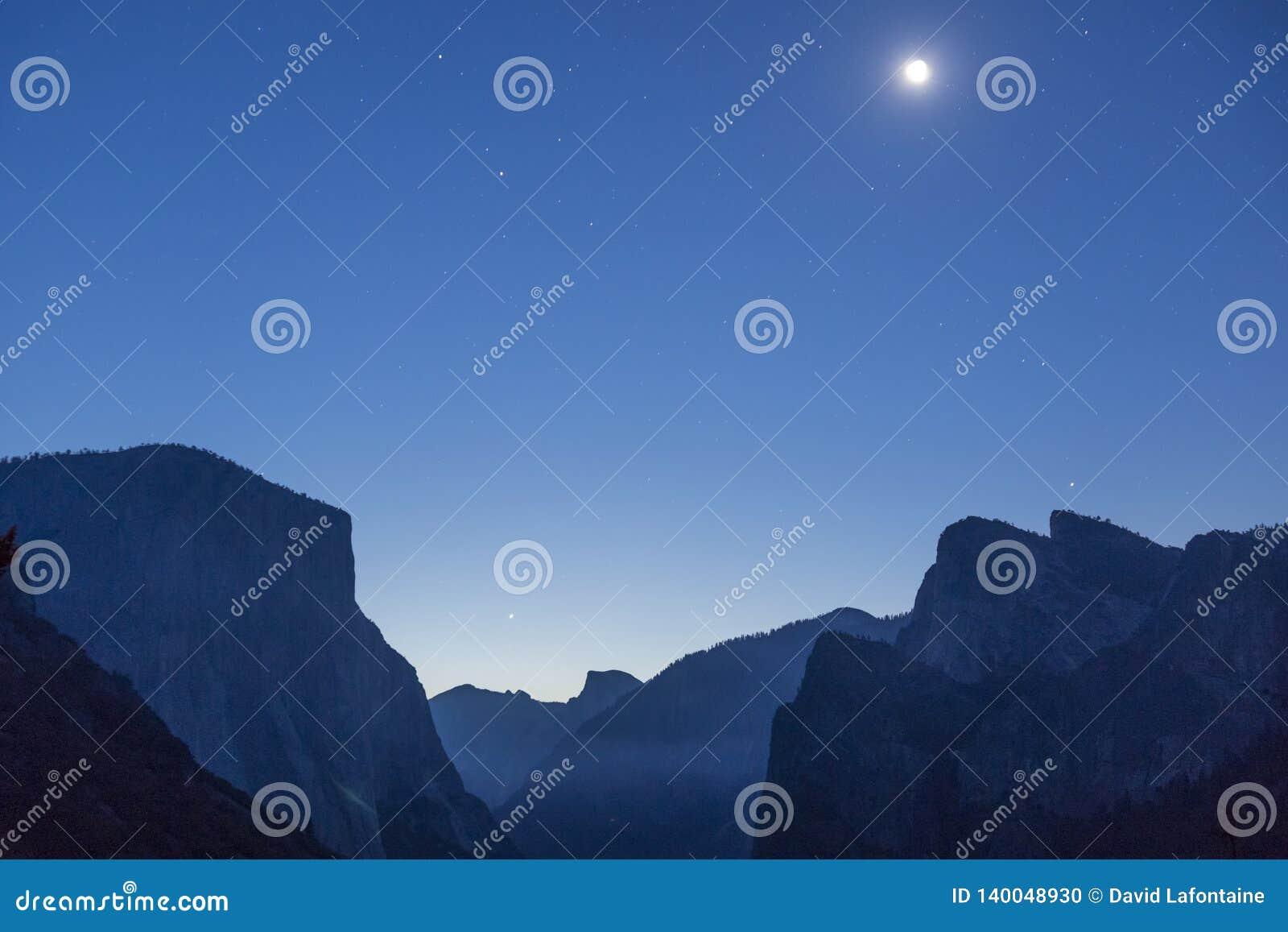 Måne över den Yosemite dalen som sett från tunnelsikt