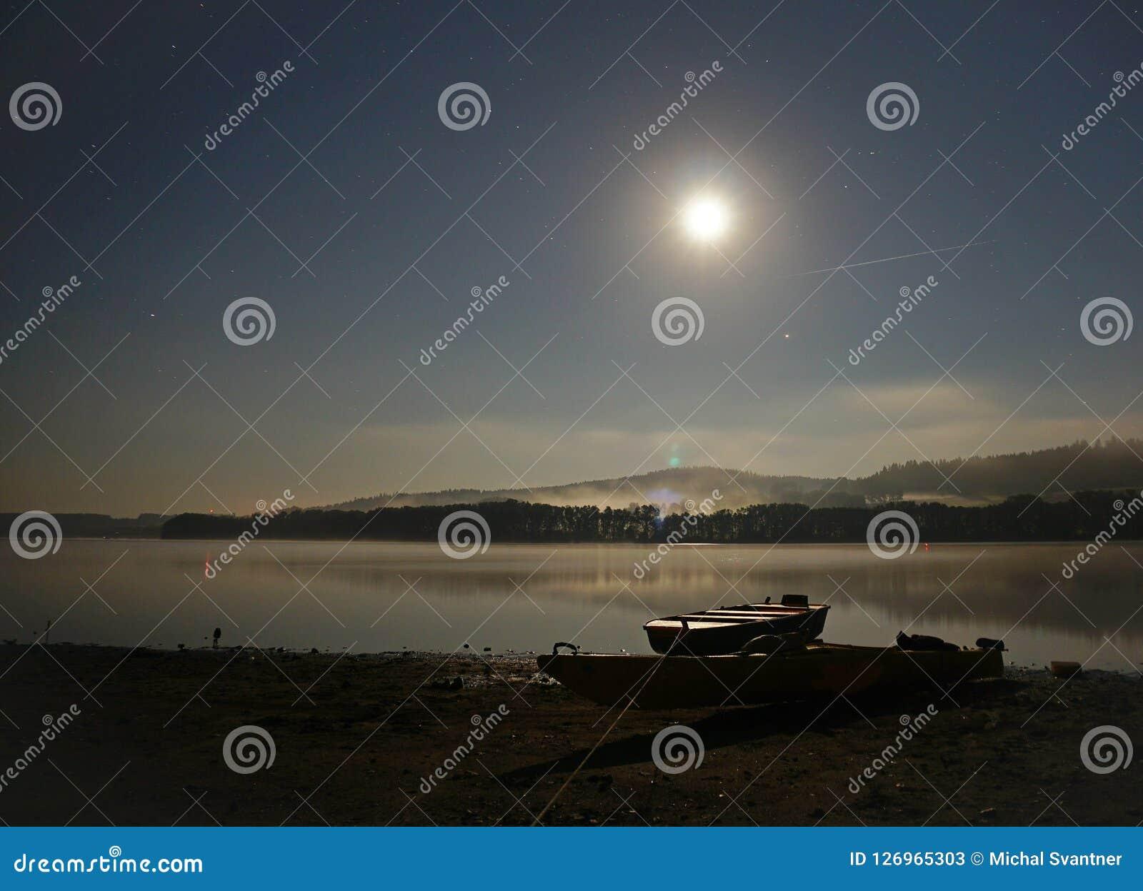 Måne över vatten på natten