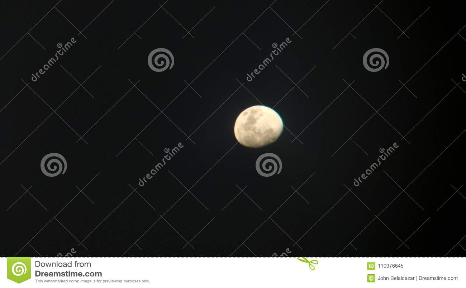 Måne i avståndet