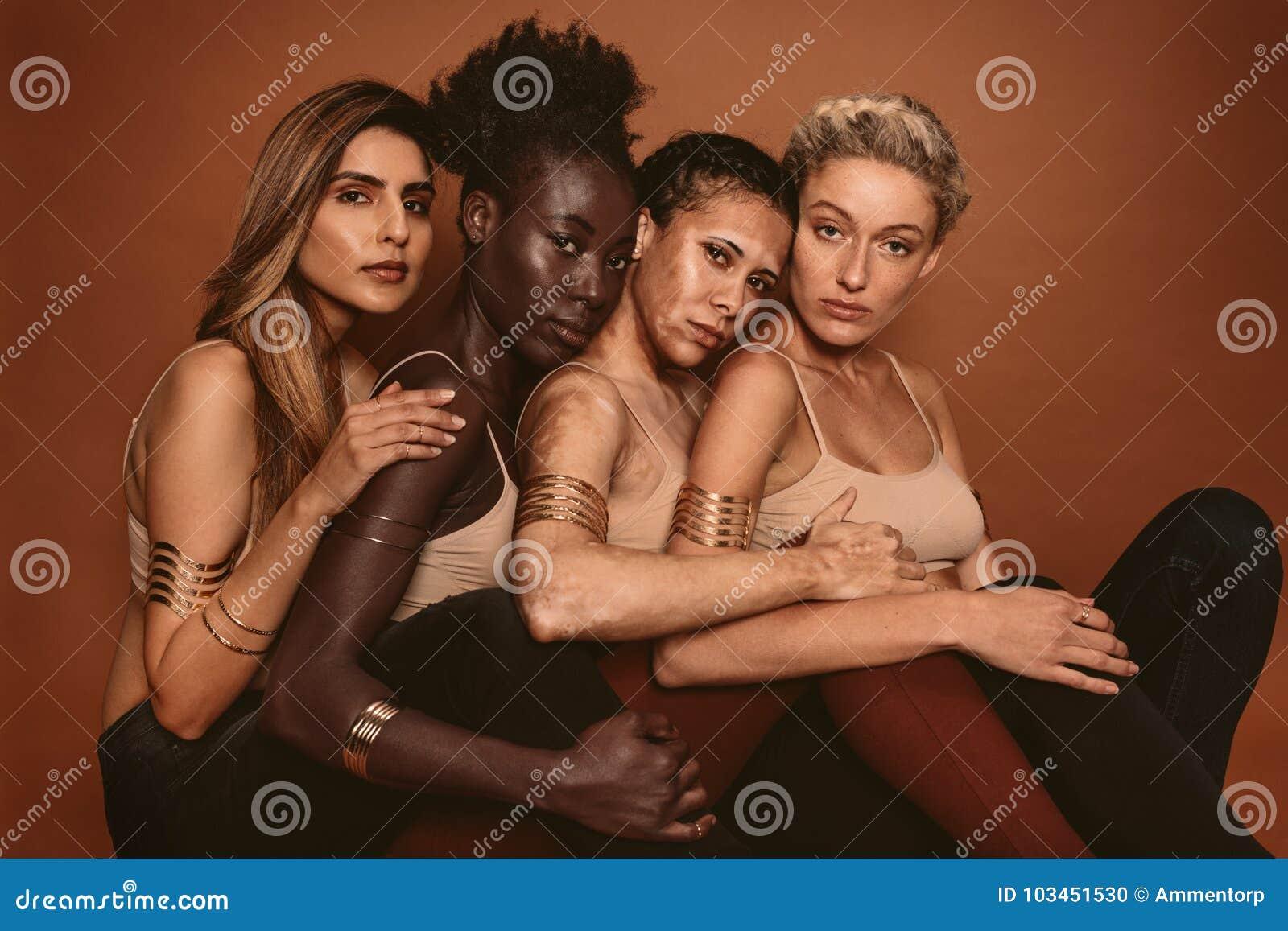 Mång- etniska kvinnor med olika hudsignaler