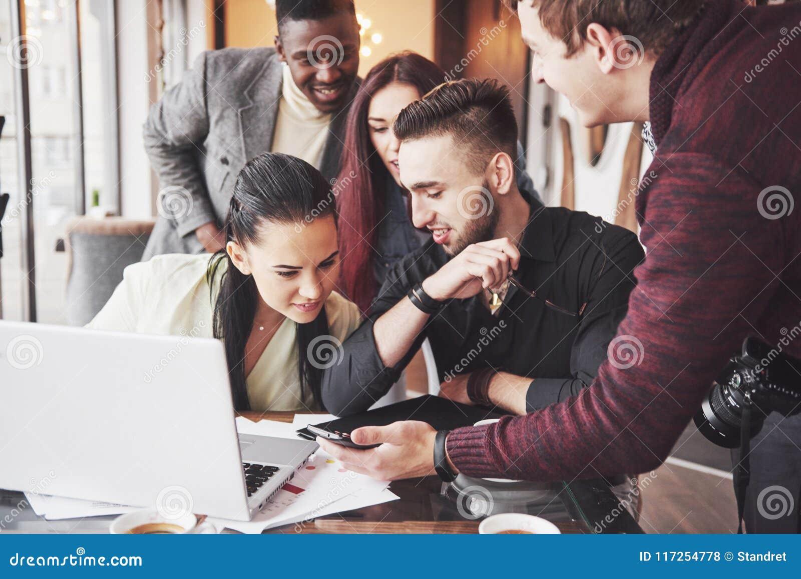 Mång- etniskt affärsfolk, entreprenör, affär, små och medelstora företagbegrepp, kvinnavisningcoworkers något på