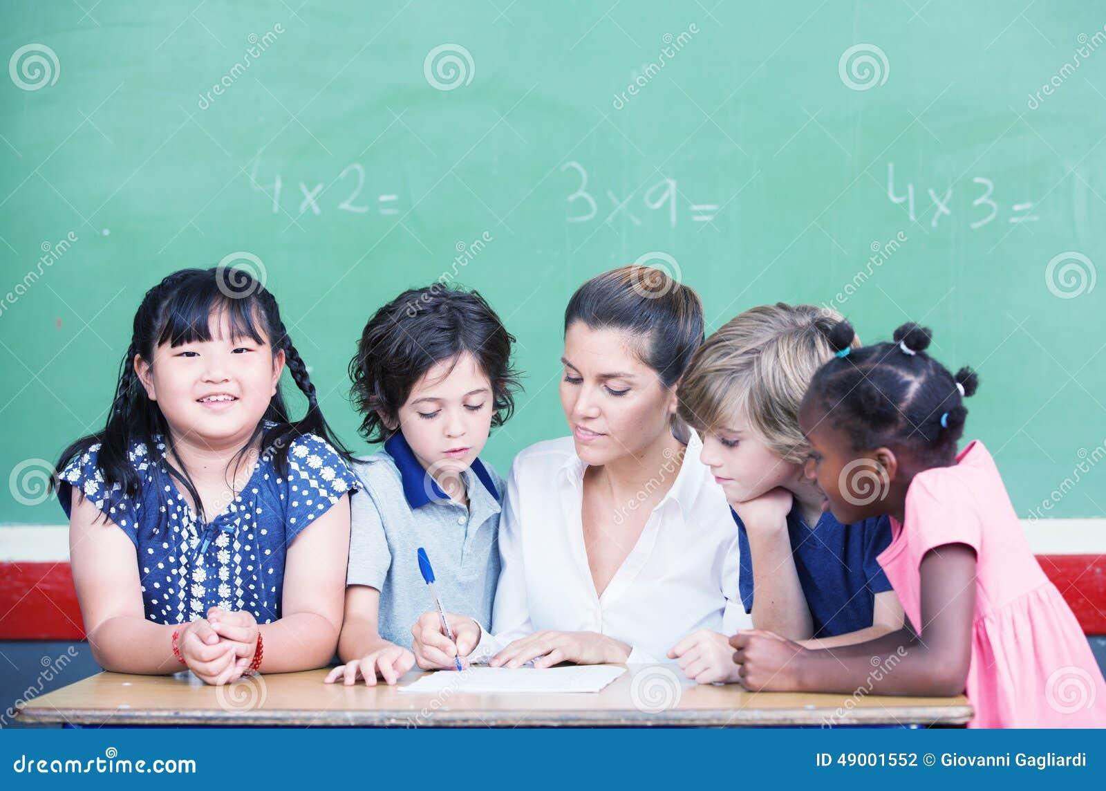 Mång- etniskt klassrum med förklarande matematiklesso för lärare