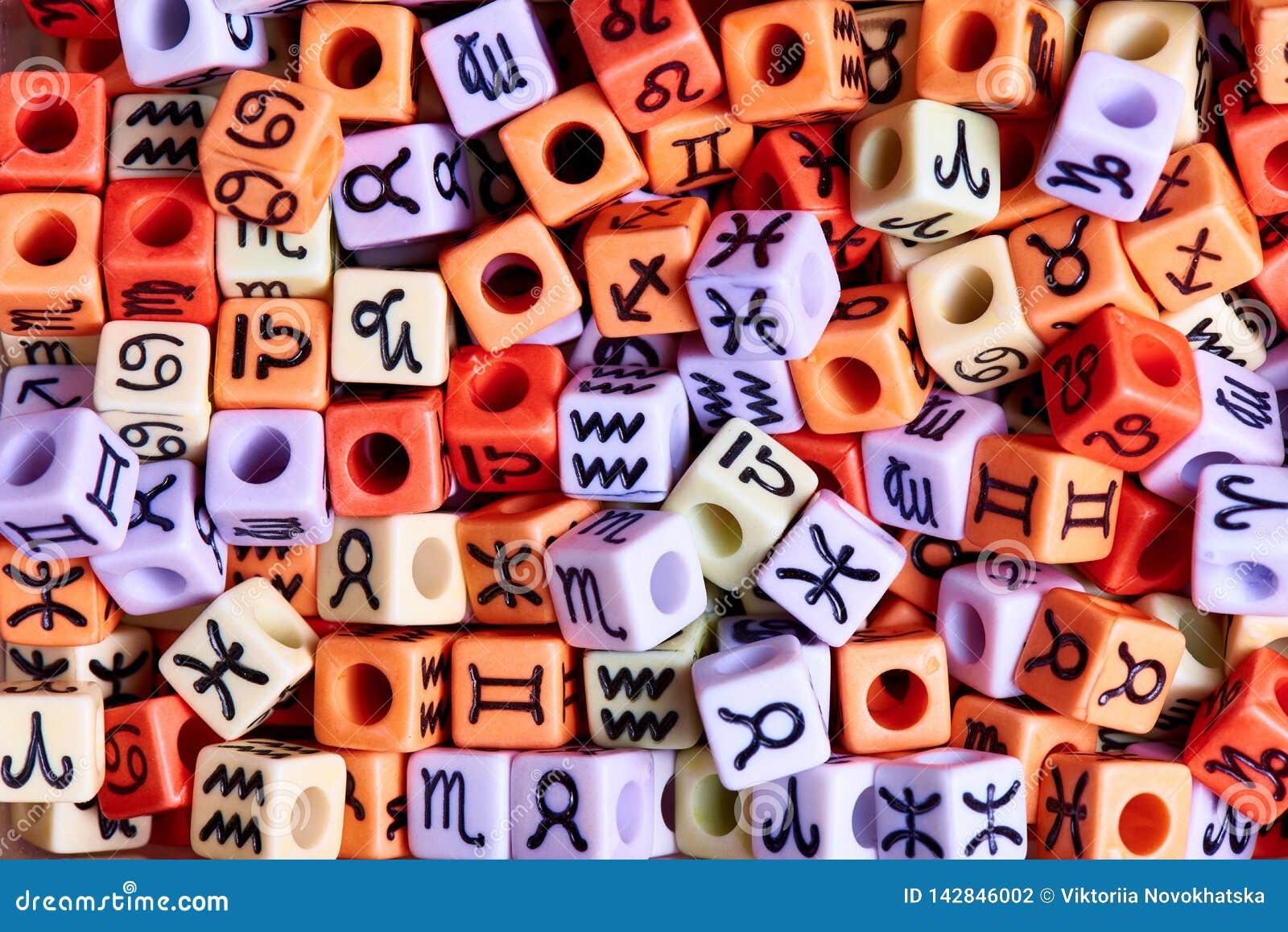 Mång--färgade kuber med zodiakteckennärbild