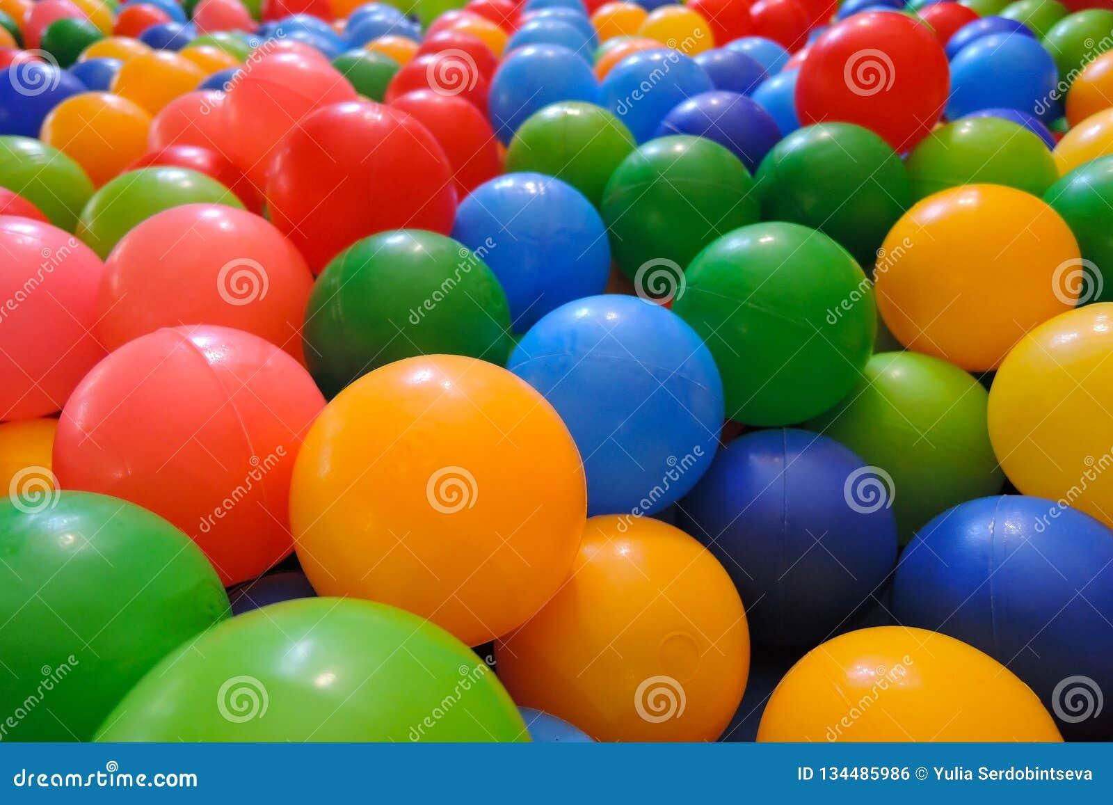 Mång--färgade plast- bollar för torr närbild för pölungeunderhållning