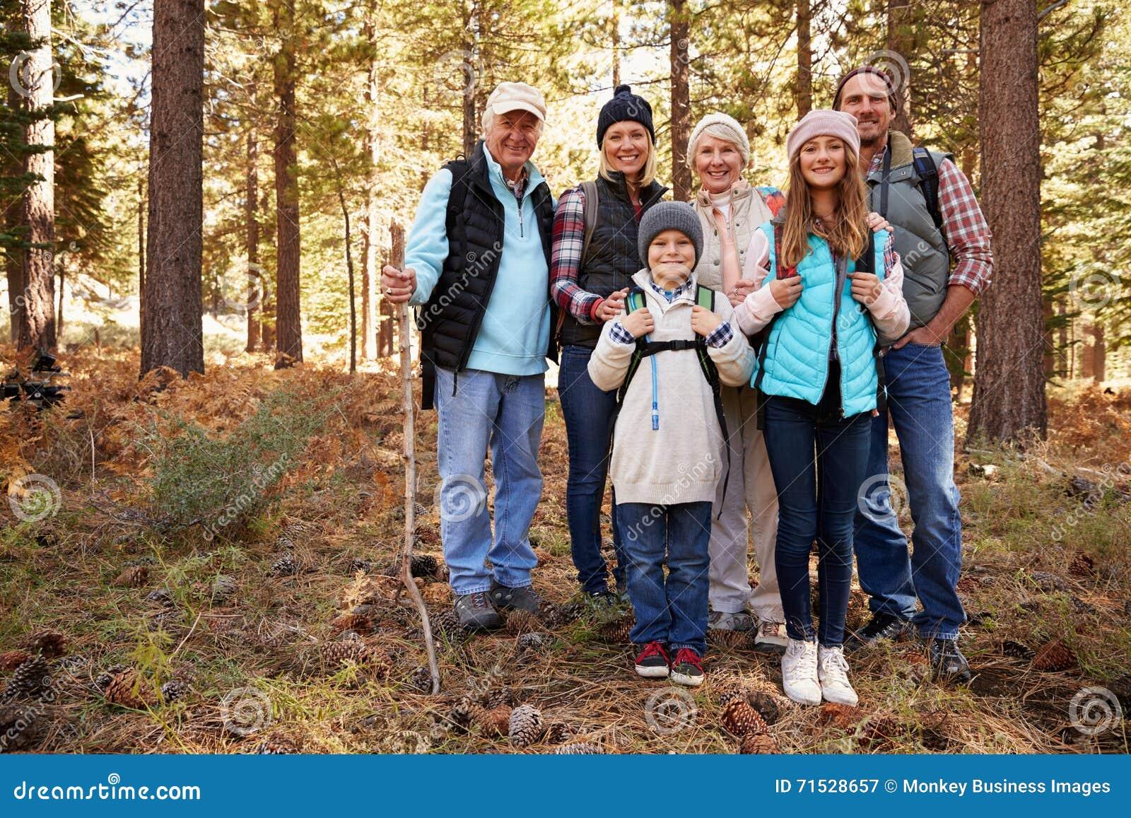 Mång- utvecklingsfamilj på skogvandring, full längdstående