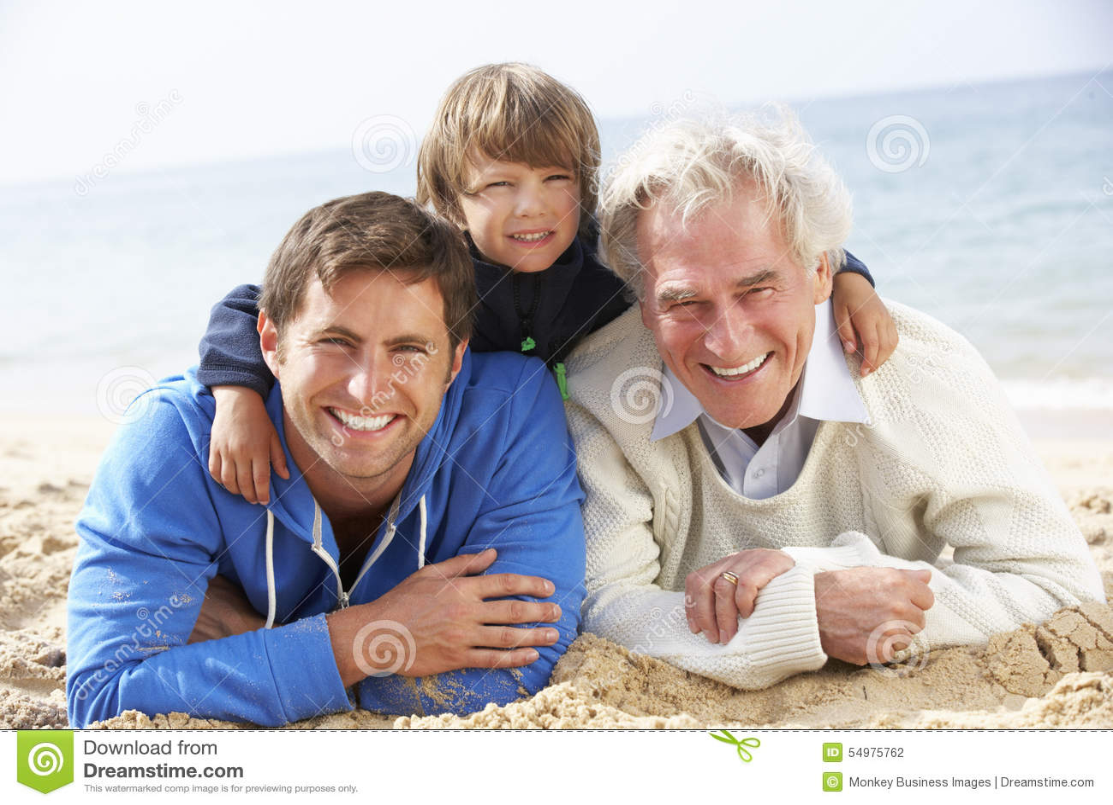 Mång- utvecklingsfamilj som tillsammans ligger på stranden