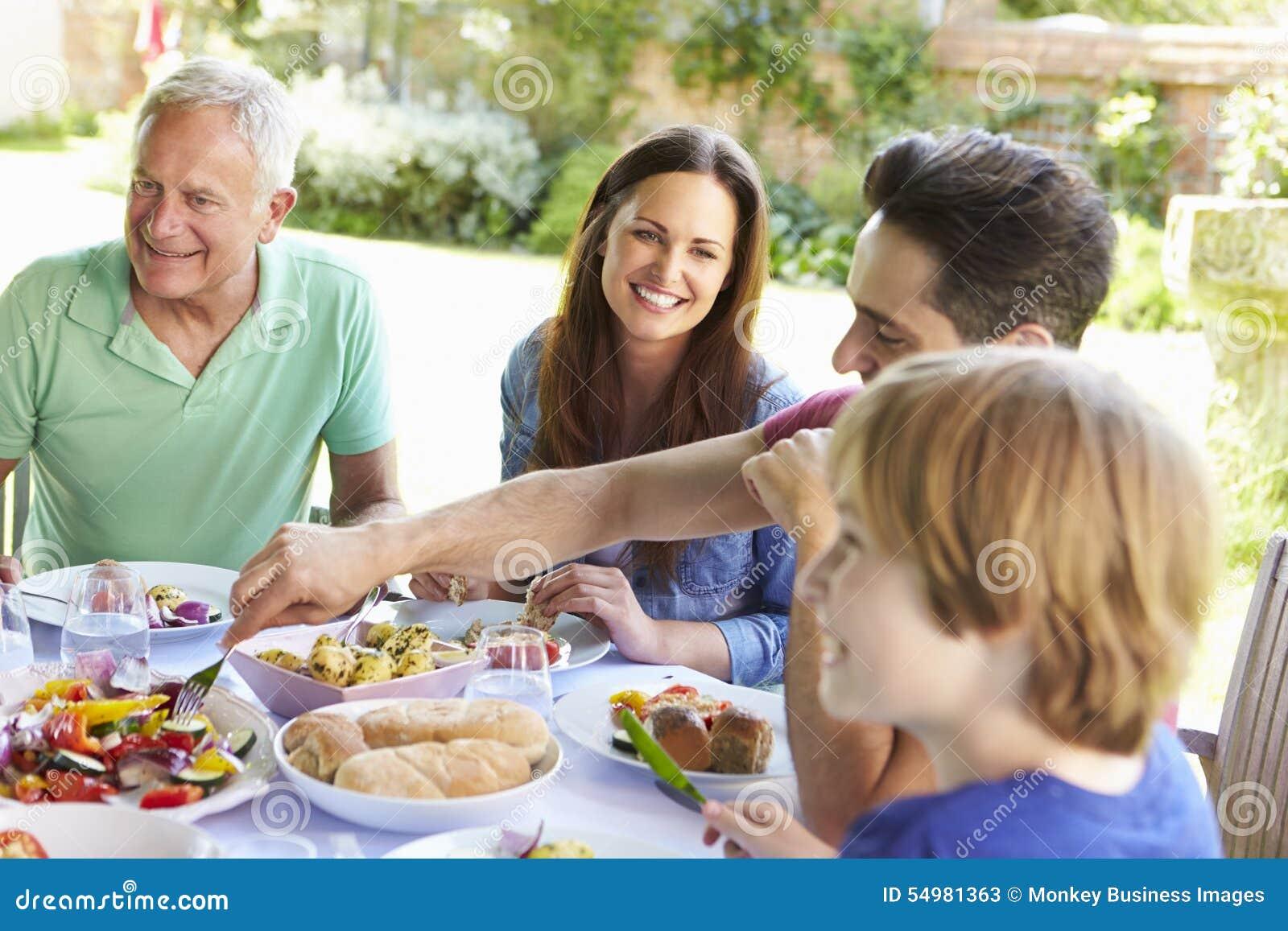 Mång- utvecklingsfamilj som tillsammans tycker om utomhus- mål