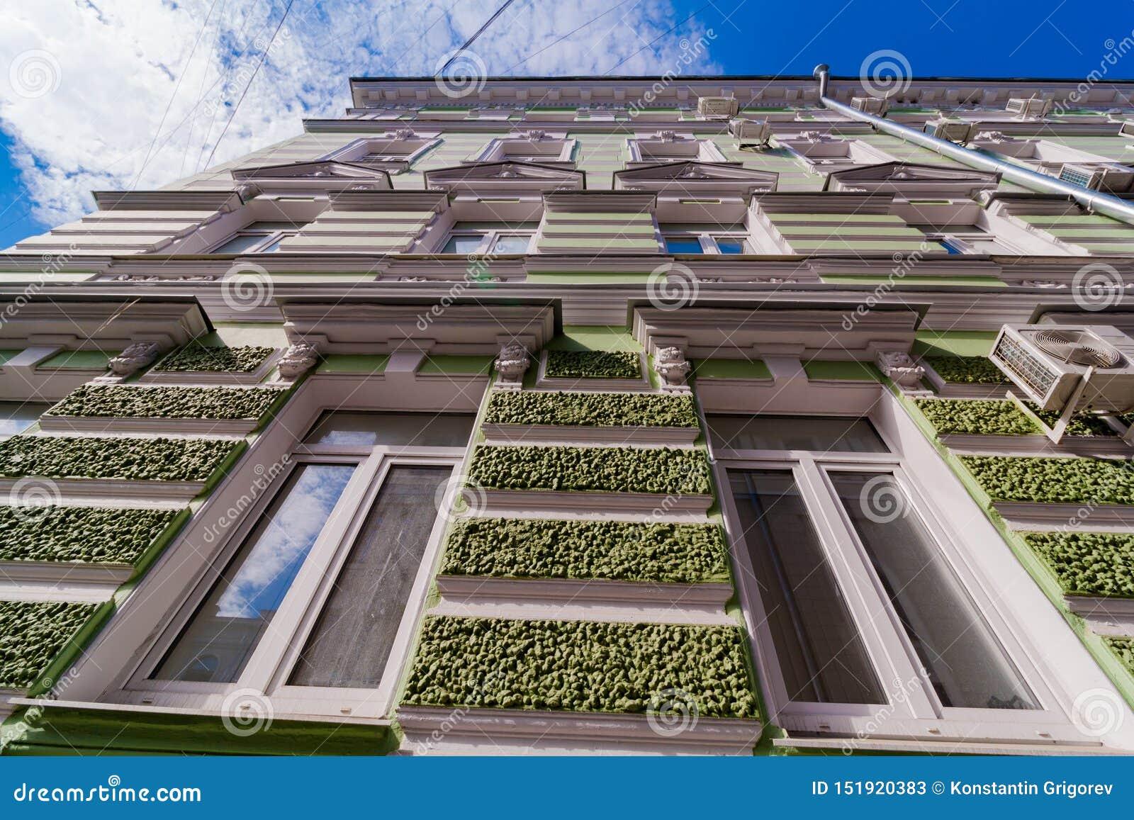 Mång--våning byggnad av grön färg med en texturerad fasad