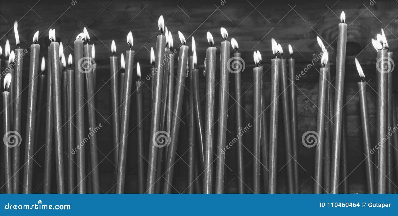 Många brinnande vaxstearinljus i templet