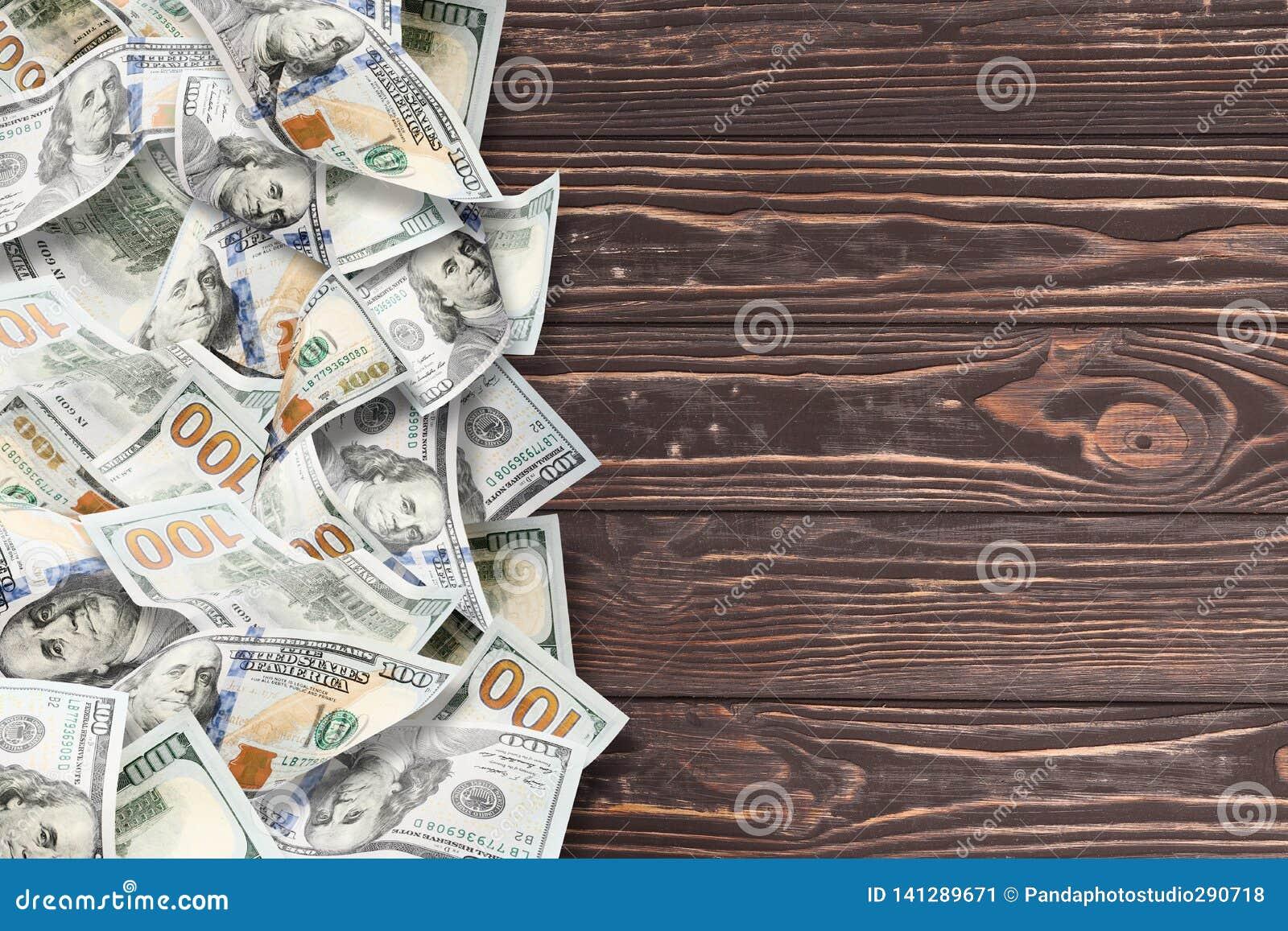 Många dollar på en träbakgrund