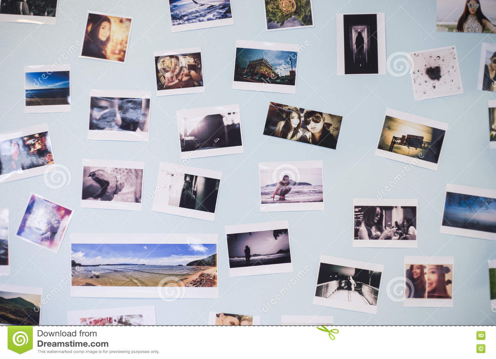 Många föreställer ögonblick av ett par av förälskelse dekorerar på en blå pastellfärgad vägginre, dagsljus, selektiv fokus