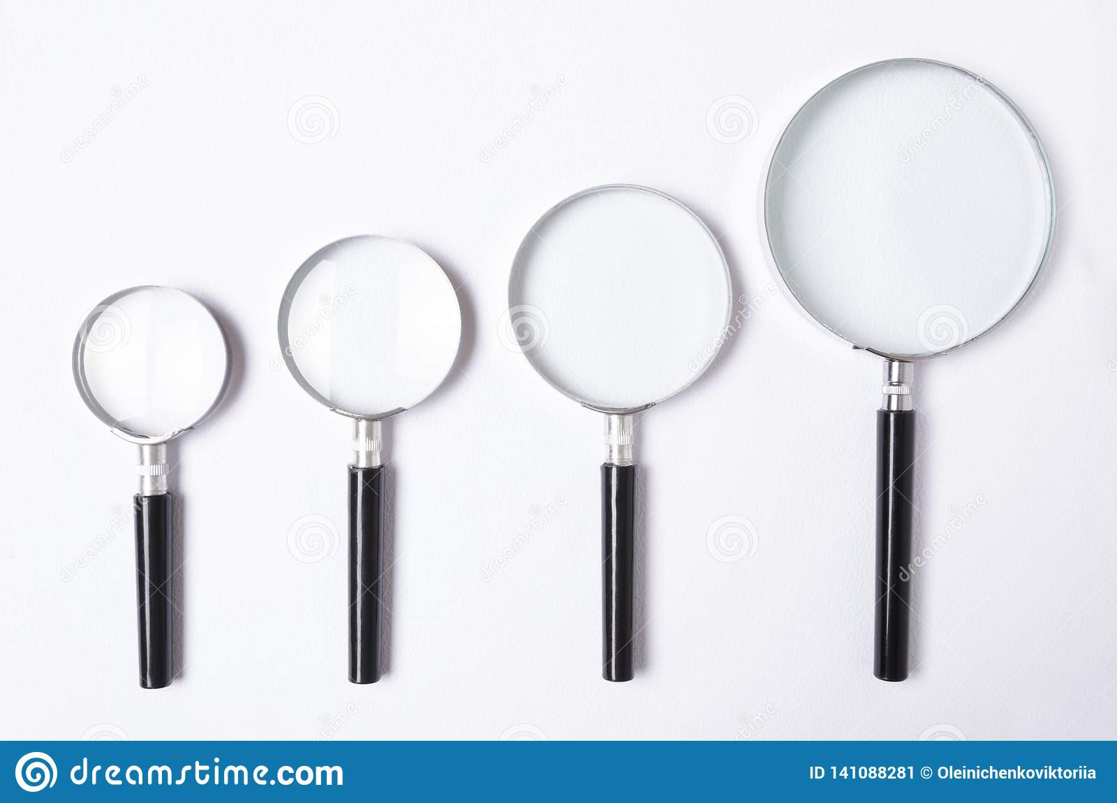 Många format av förstoringsglaset på den vita tabellen, bästa sikt