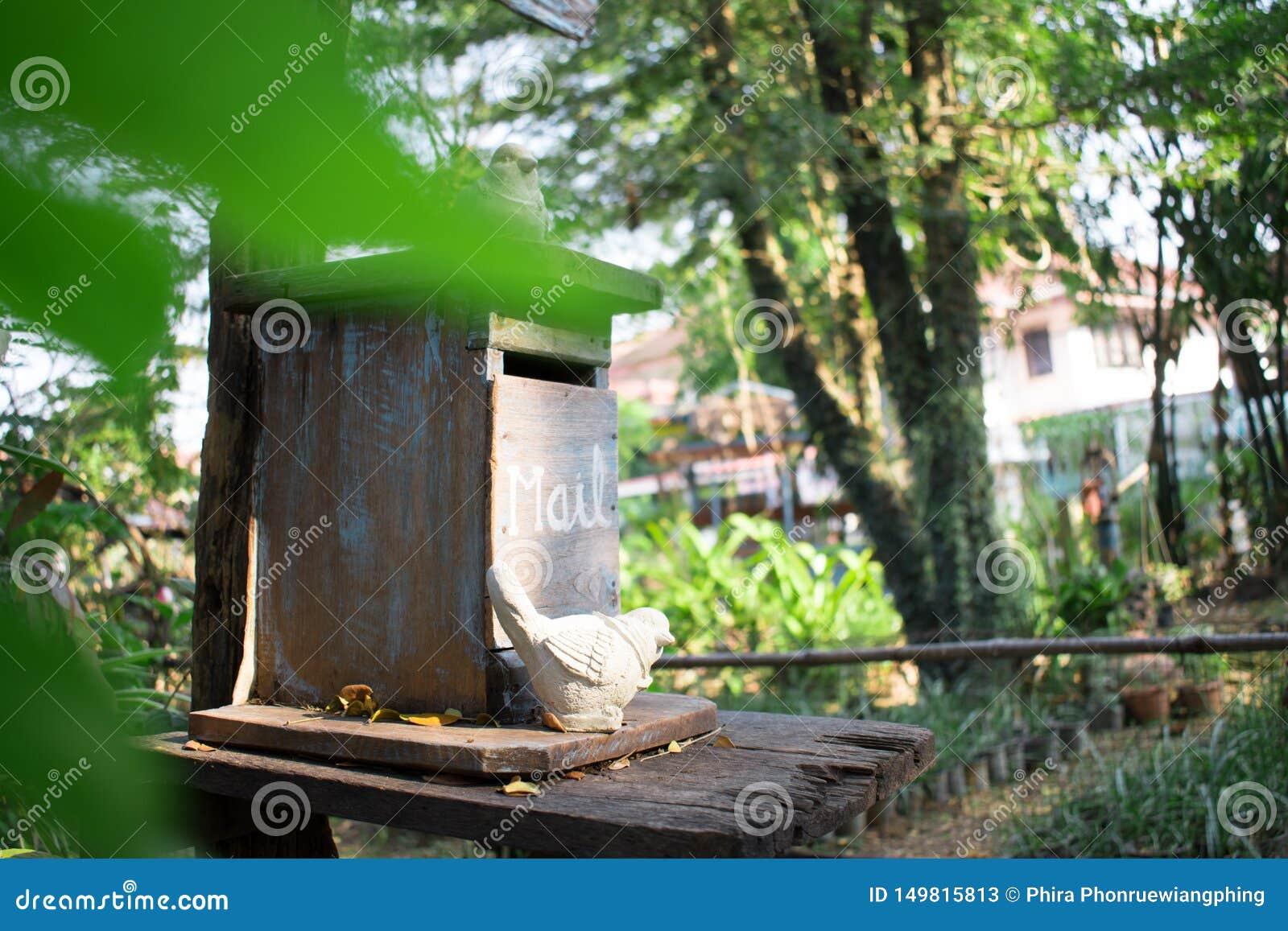Många gamla gummihjul i lagret, stänger sig upp