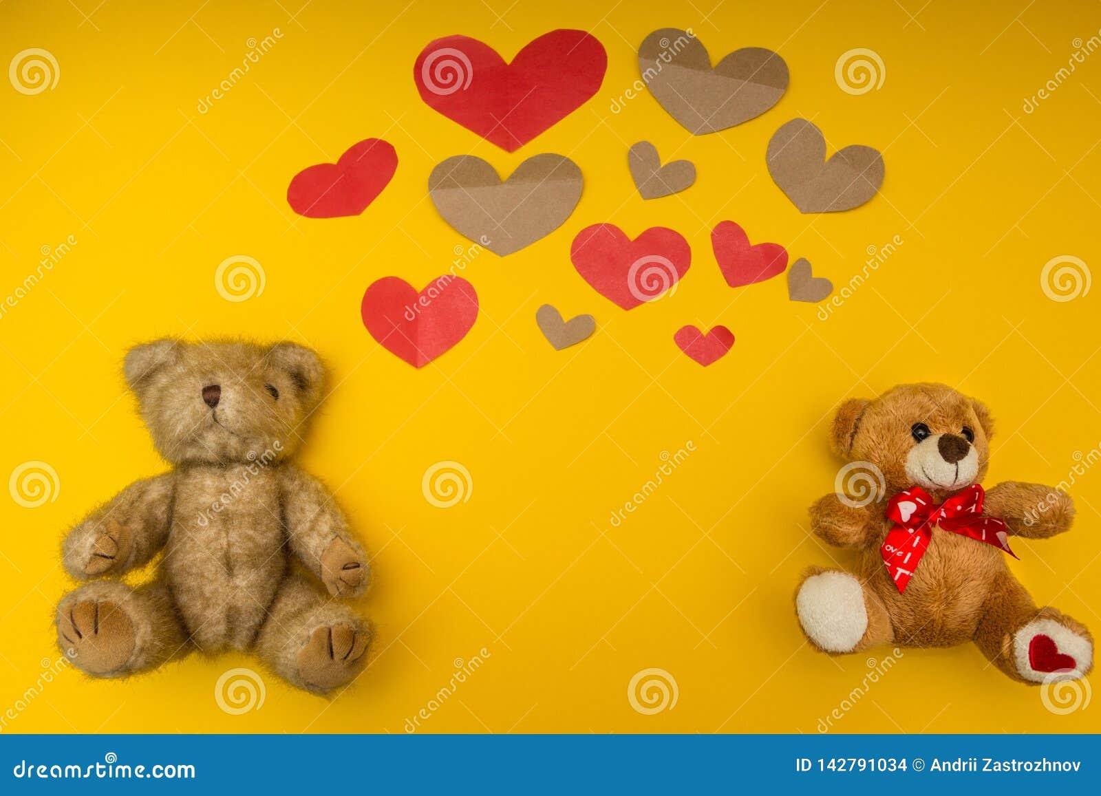 Många hjärtor och två nallebjörnar på den gula bakgrunden