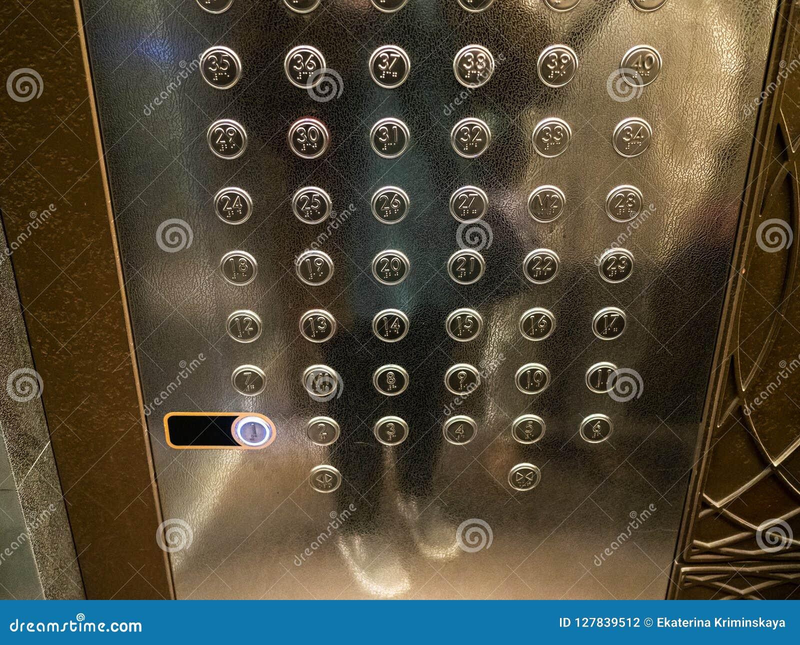 Många knappar i hiss av höghus