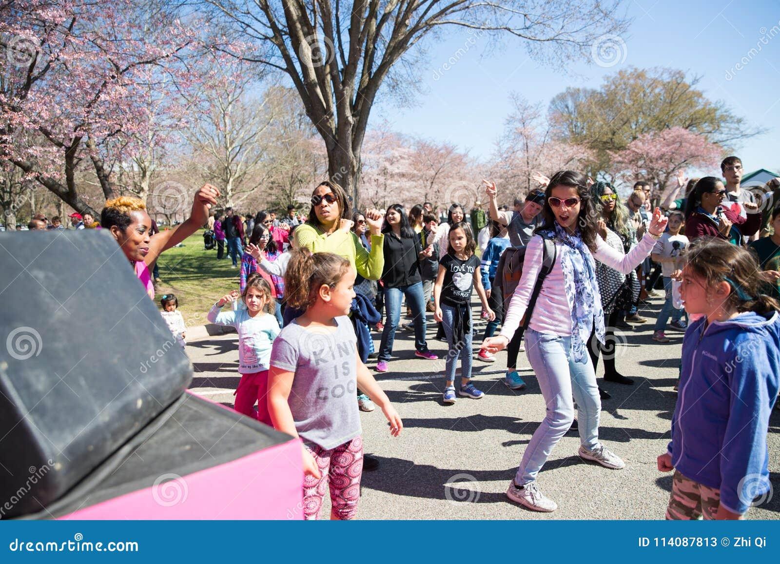 Många kvinnor dansar på festivaler