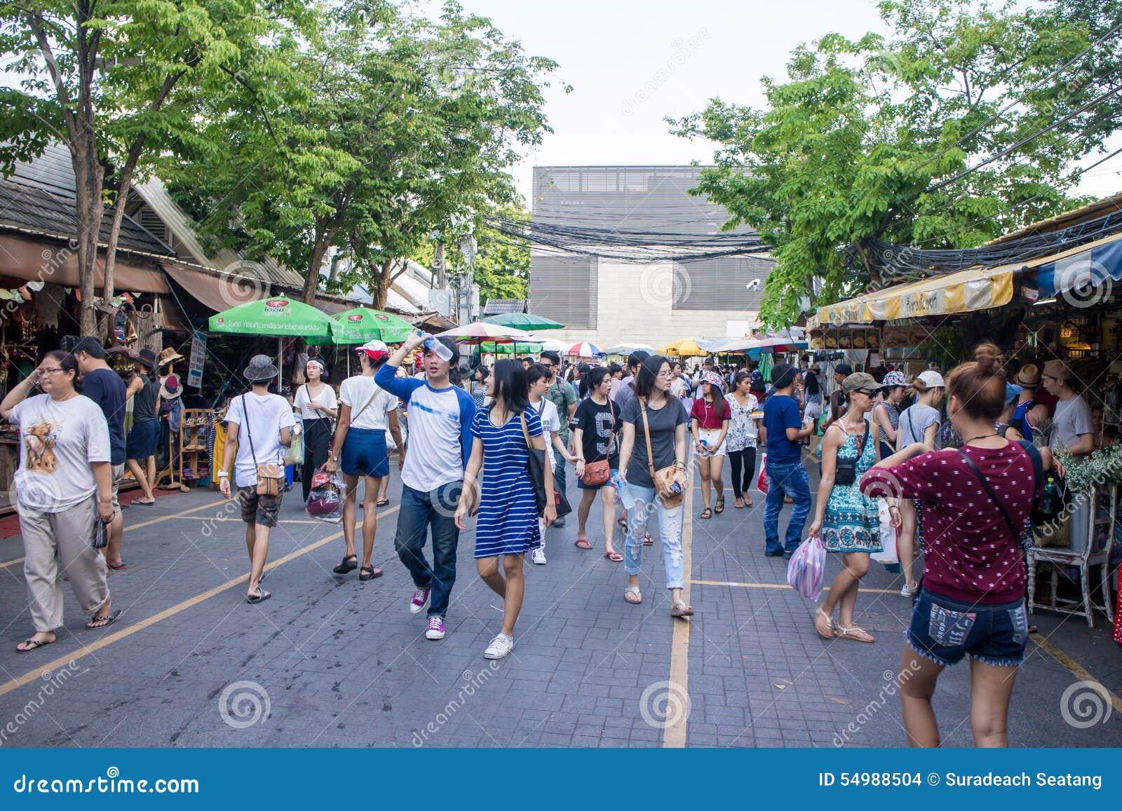Många personer som shoppar på chatuchakmarknaden