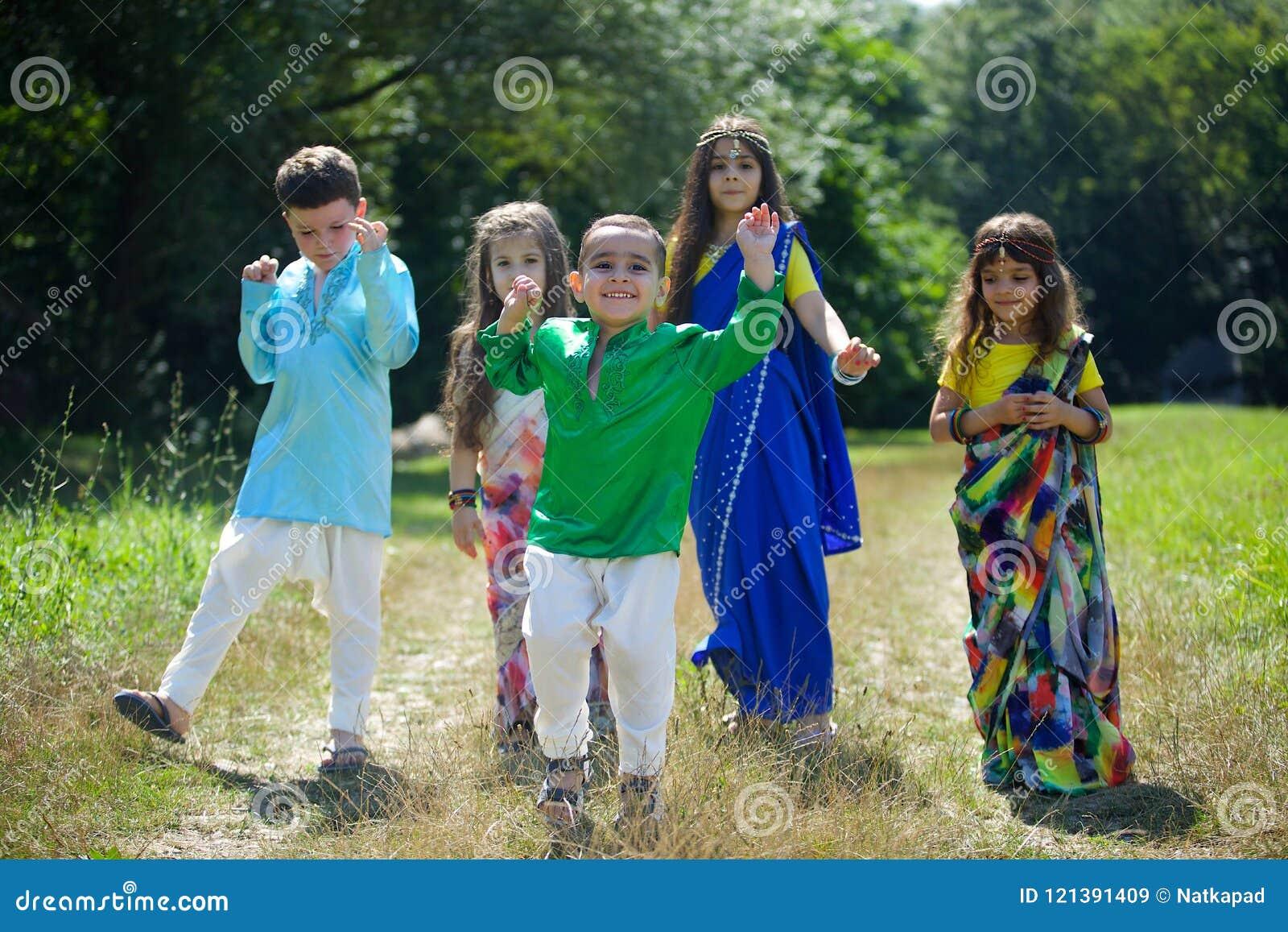 Många småbarn, pojkar och flickor som är iklädda kläderen