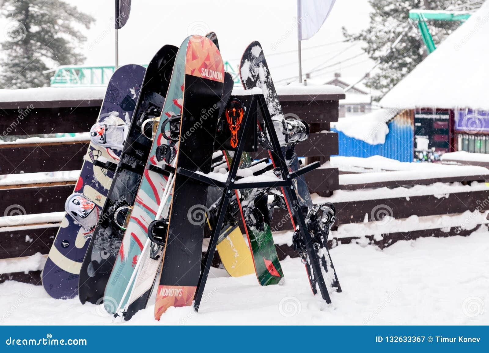 Många snowboards står på en ställning nära caféaprèsna skidar Recr