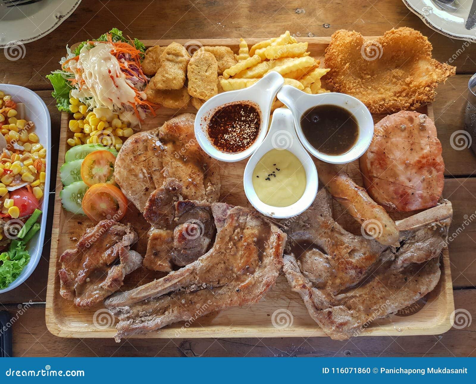 Många sort av biff i den wood plattan liksom griskött, t-ben, höna