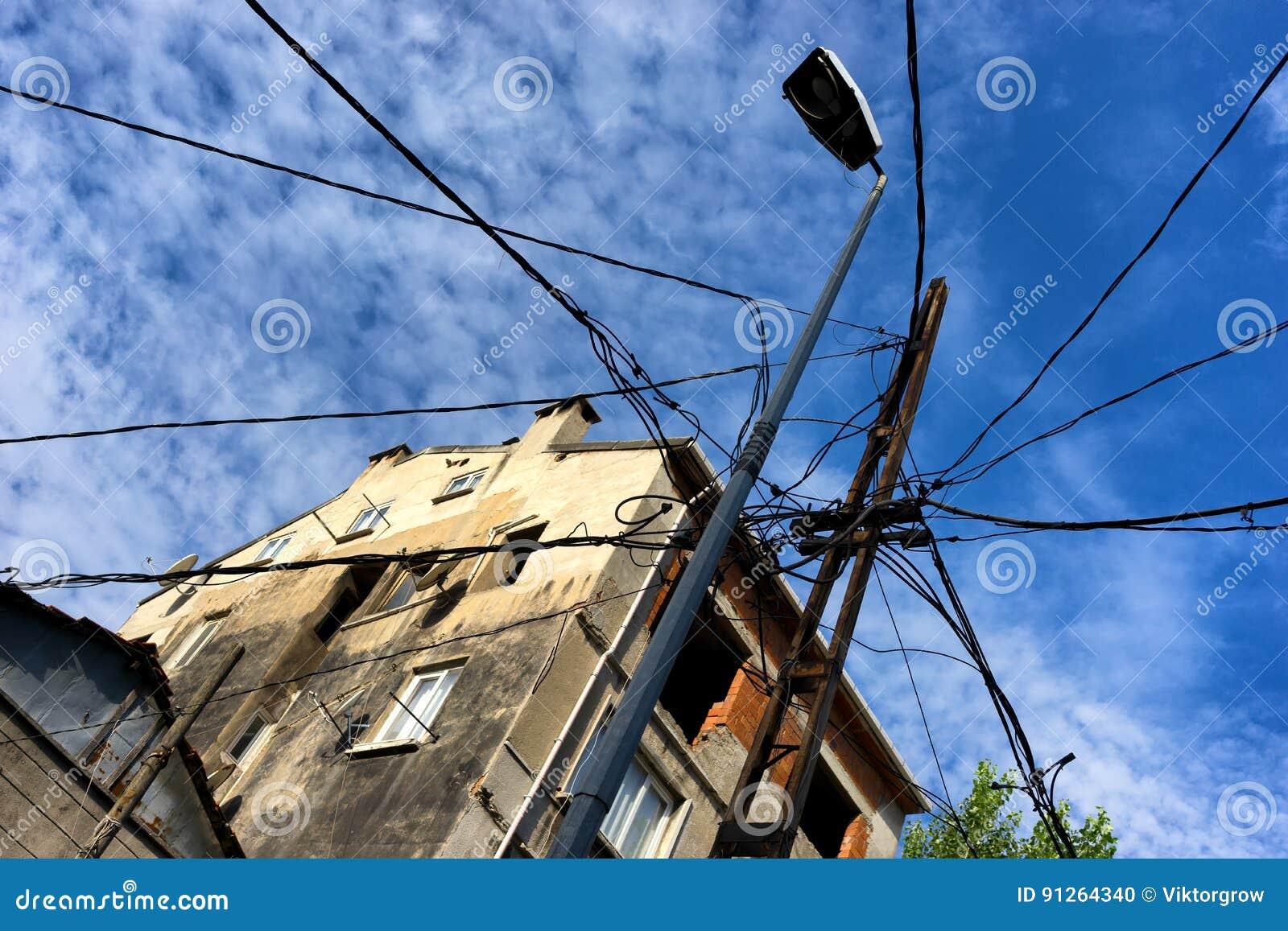 Många trådar till en pol i staden