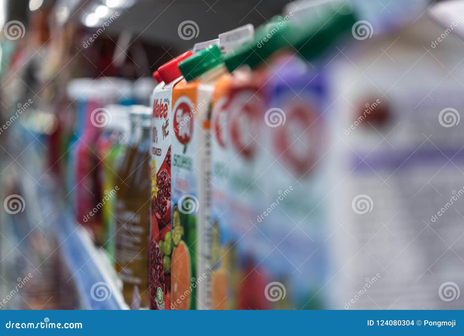 Många typer av dryckfruktsaft i supermarket
