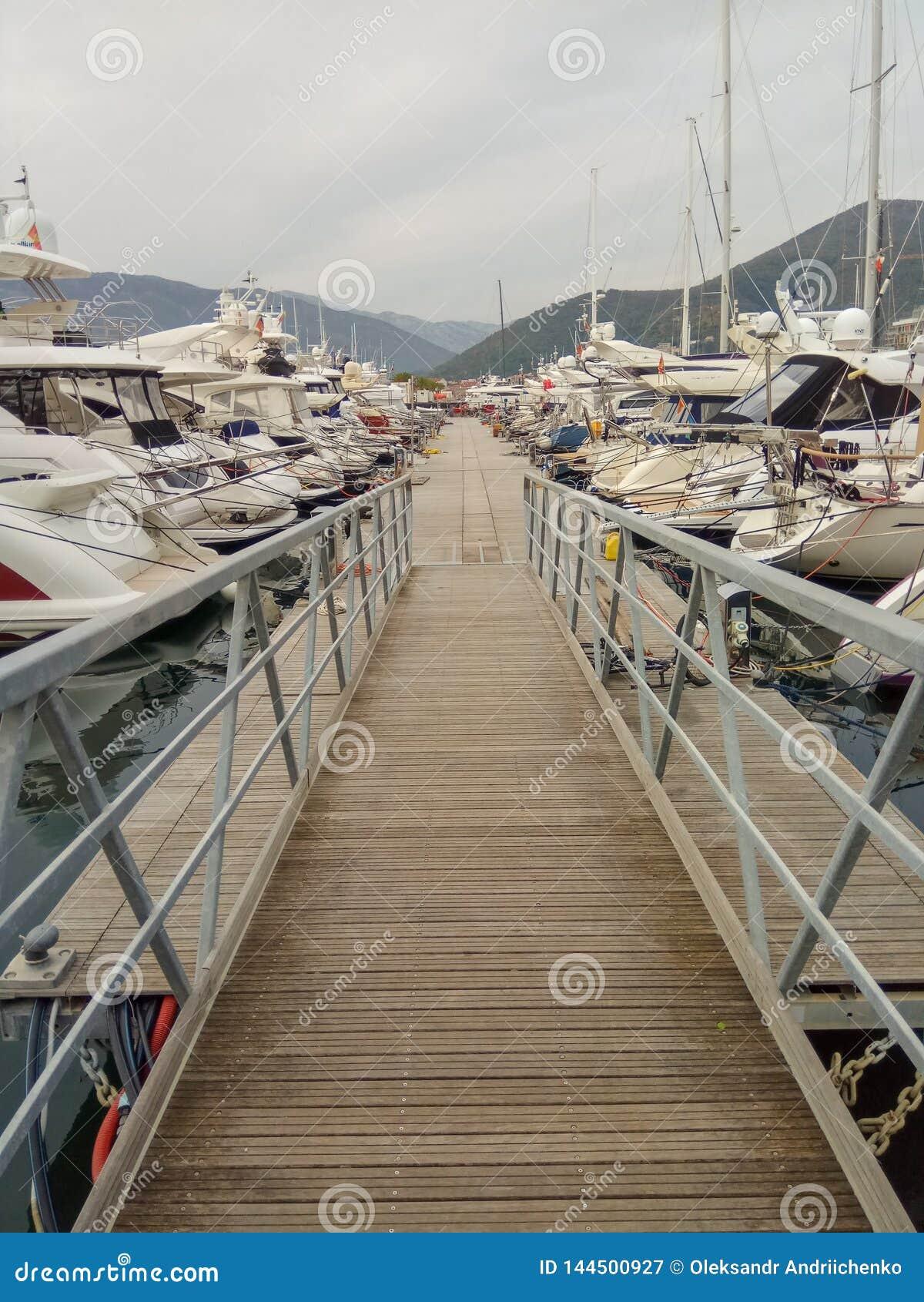 Många yachter i port Tivat, Montenegro som är molnig