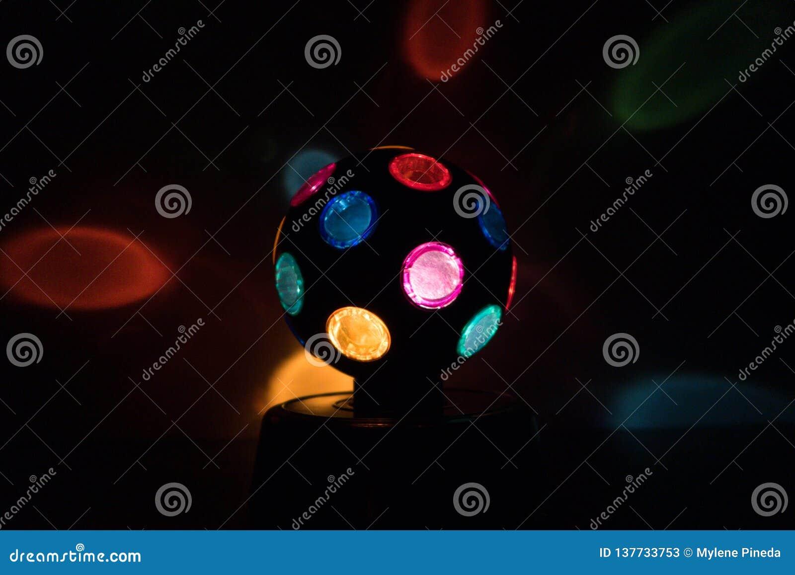 Mångfärgad Disko-boll lampa i en svart backgound
