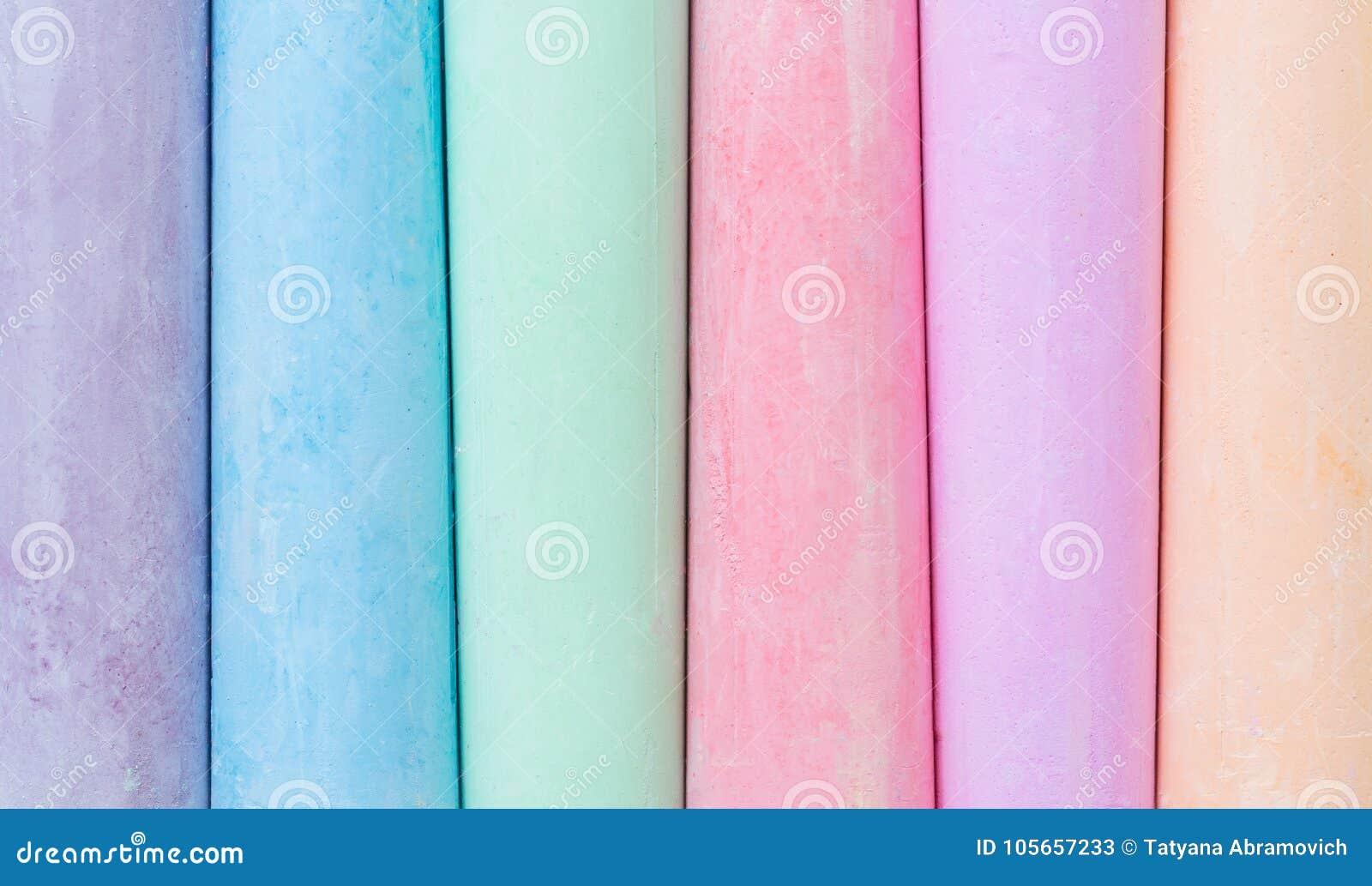 Mångfärgade färgpennor, pastell band linjer som är försiktiga Göra grön, gulna, rosa färger, lilor, blått Målad pastellvitsvart t