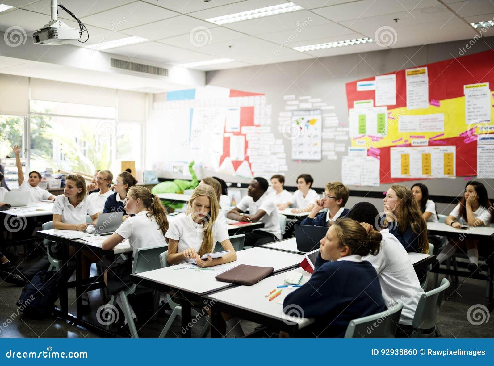 Mångfaldstudenter som lär i klassrumet