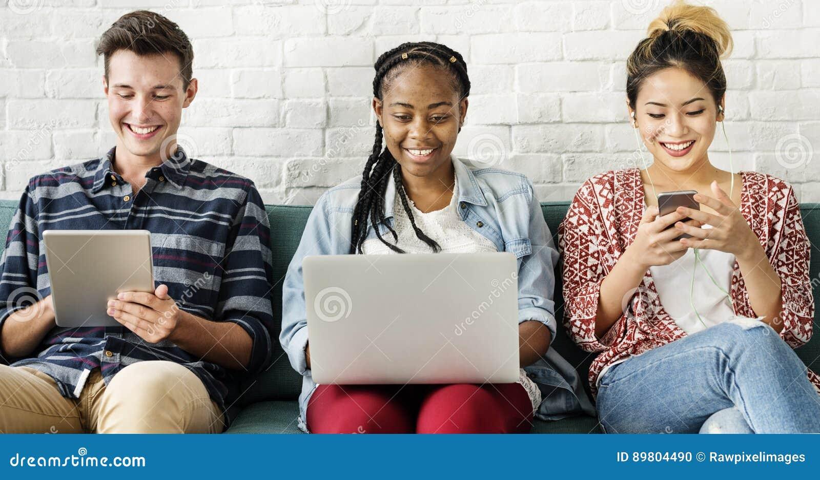 Mångfaldvänkvinnor som använder Digital apparatbegrepp
