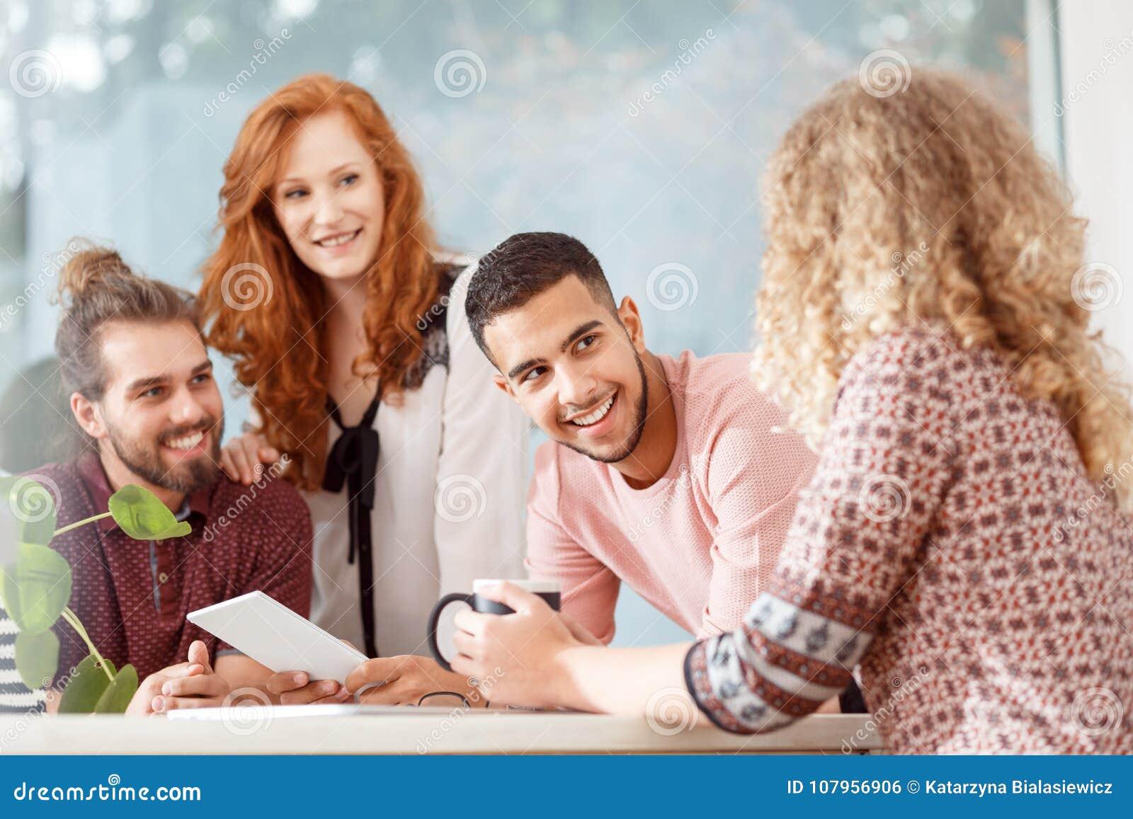 Mångkulturell grupp av medarbetare