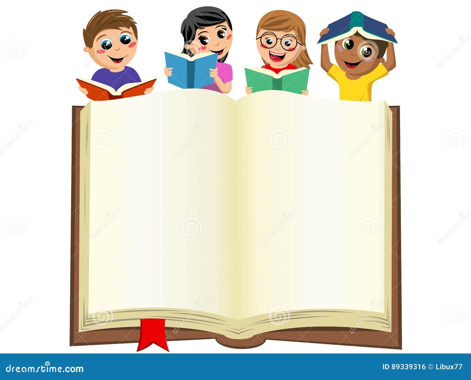 Mångkulturella ungebarn som spelar att läsa bak den isolerade öppna stora boken för mellanrum