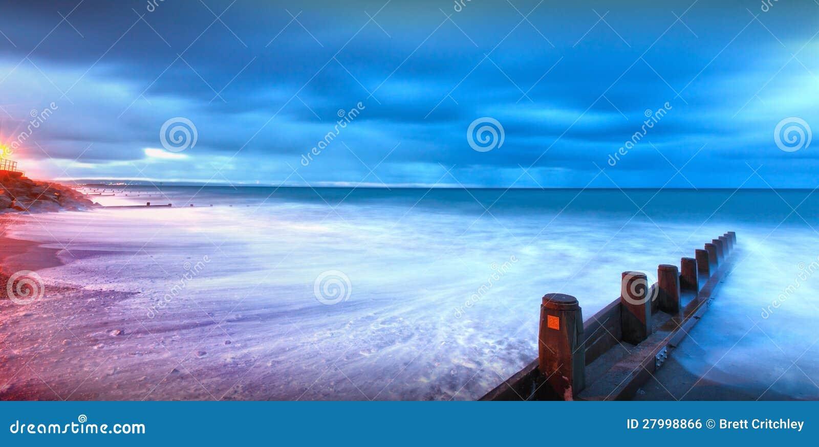 Månsken tände stranden landskap
