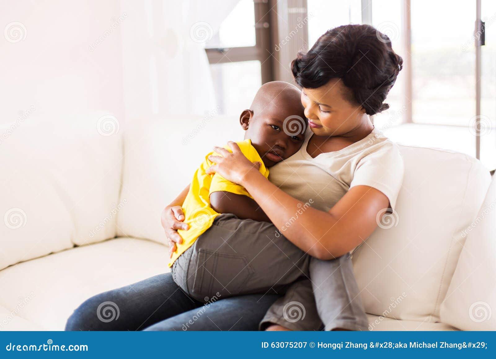Download Mère étreignant son fils image stock. Image du enfant - 63075207