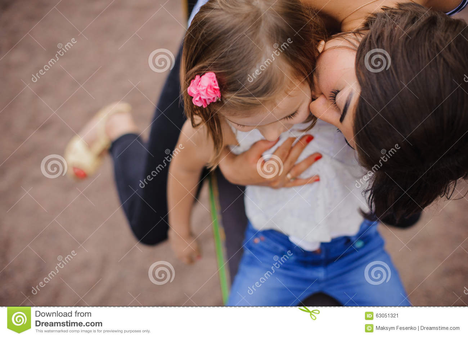 Mère affectueuse embrassant sa fille