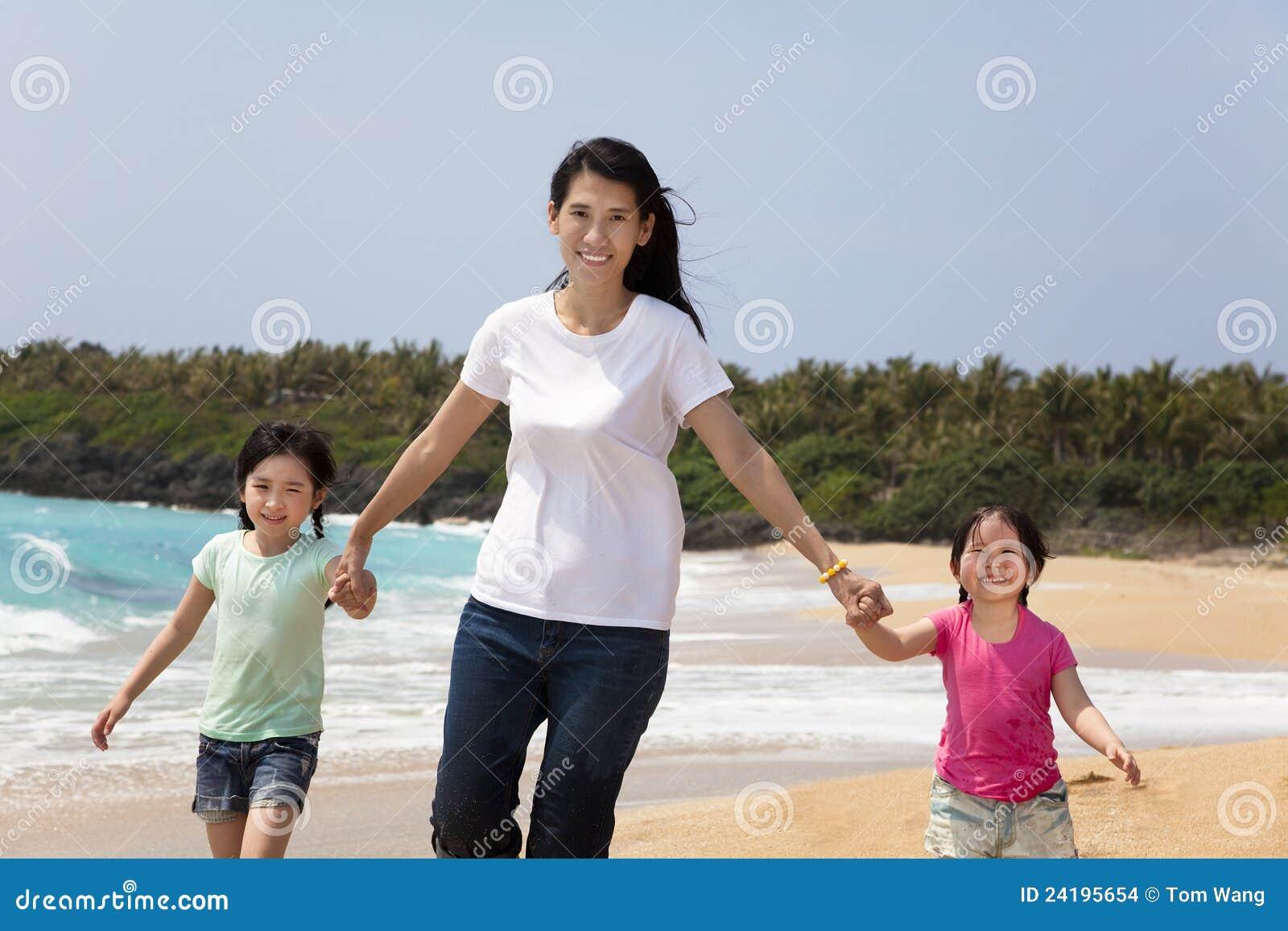 Mère asiatique avec des enfants