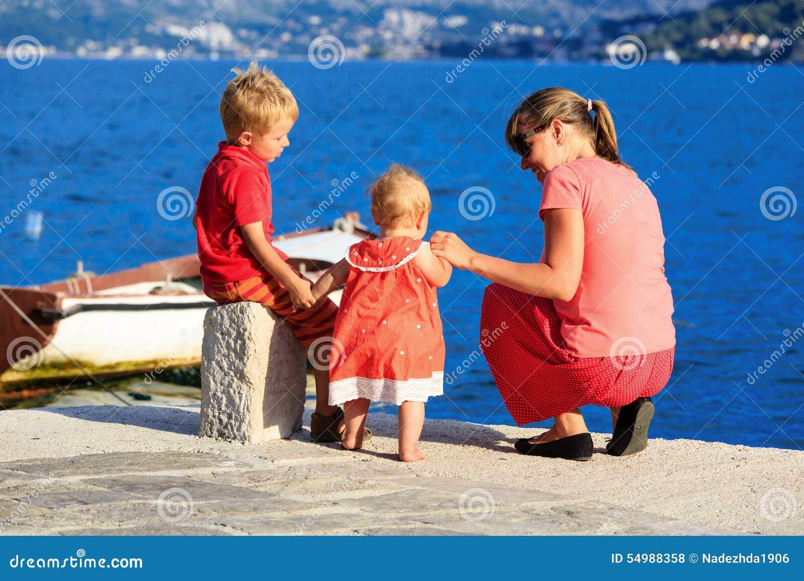 Mère avec des enfants des vacances de mer