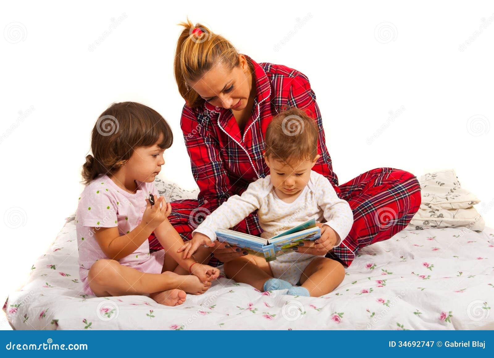 Mère avec des enfants lisant l histoire