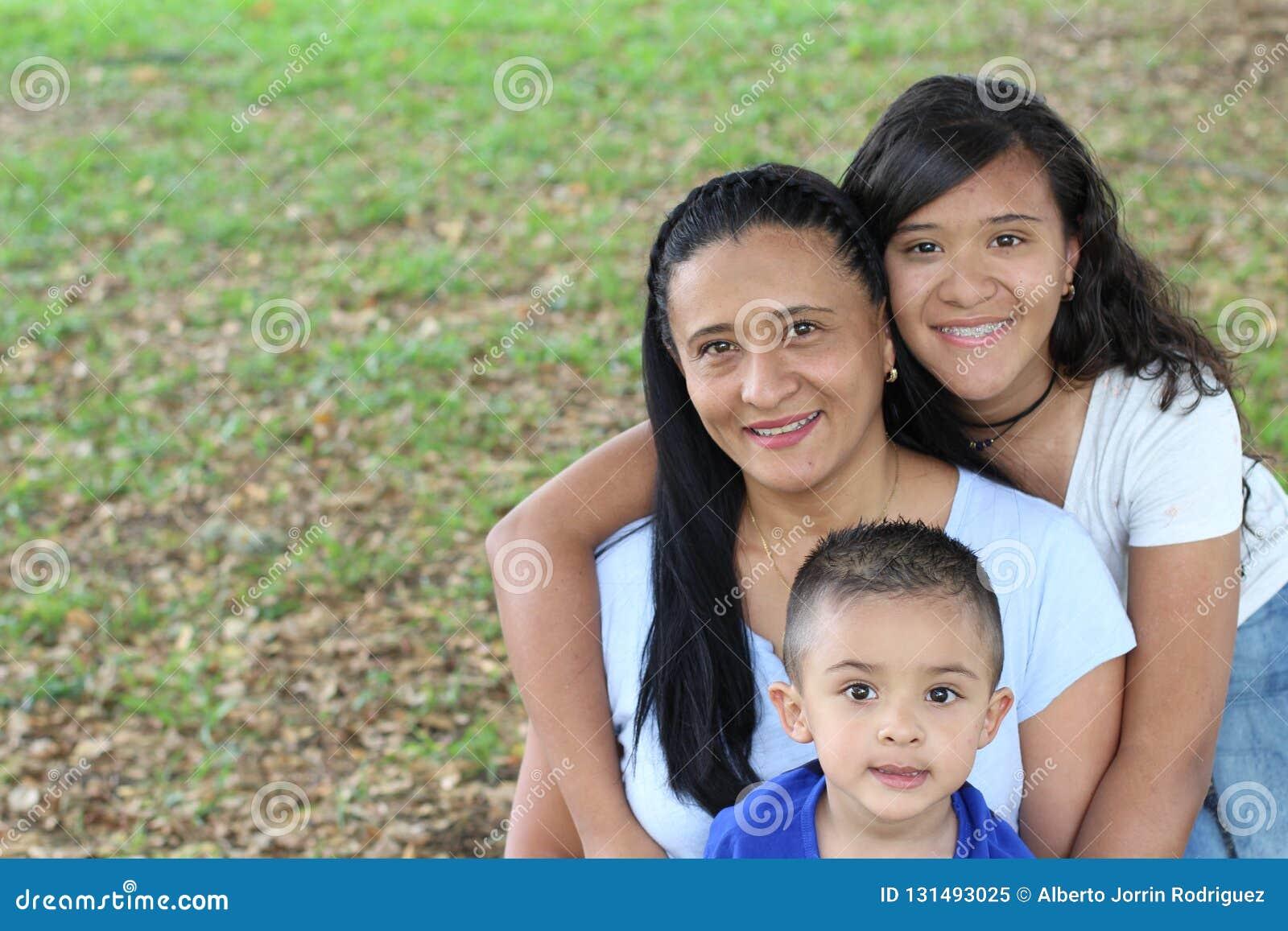 Mère avec le fils et la fille en parc