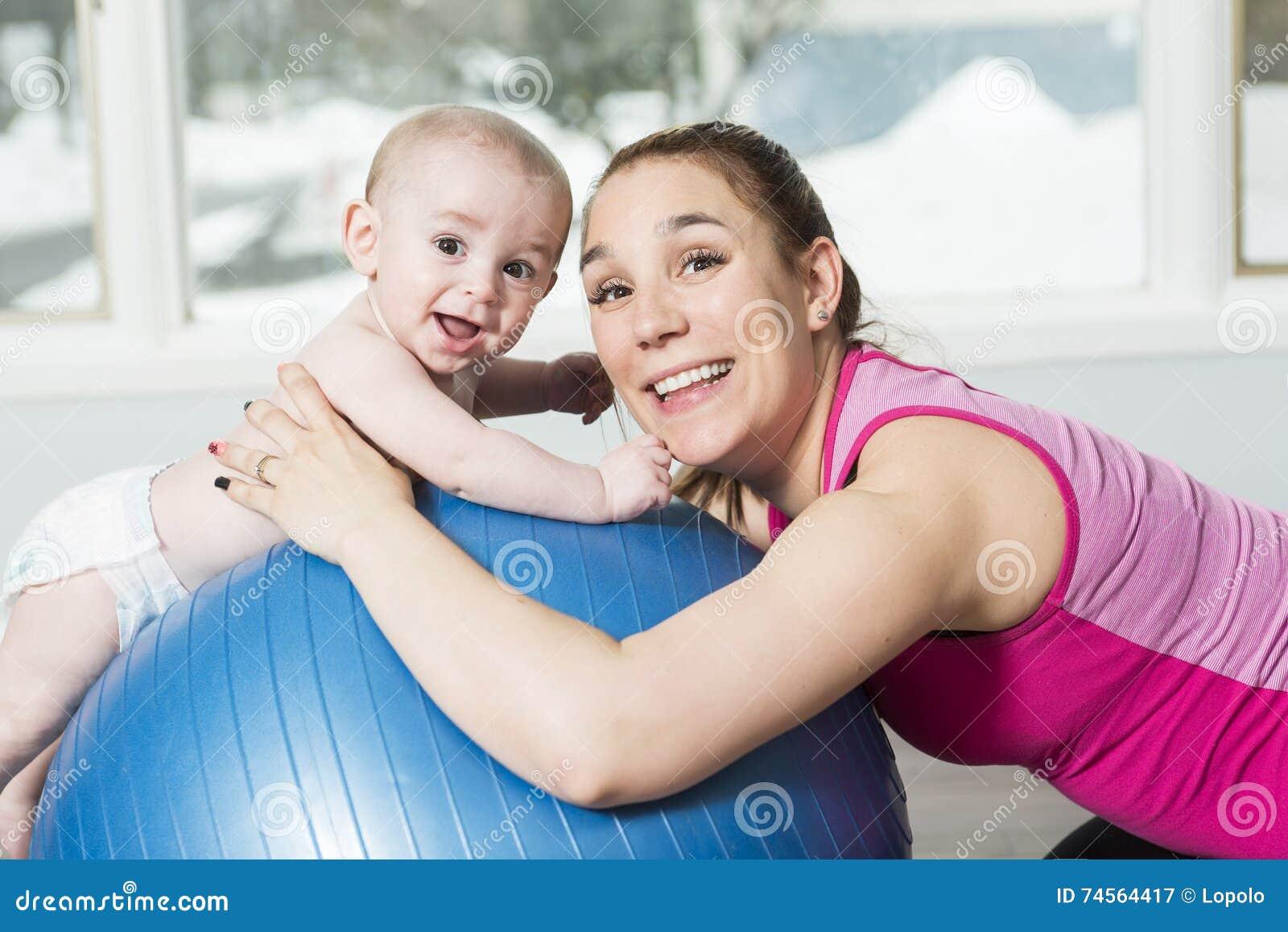 Mère avec le garçon d enfant faisant des exercices de forme physique