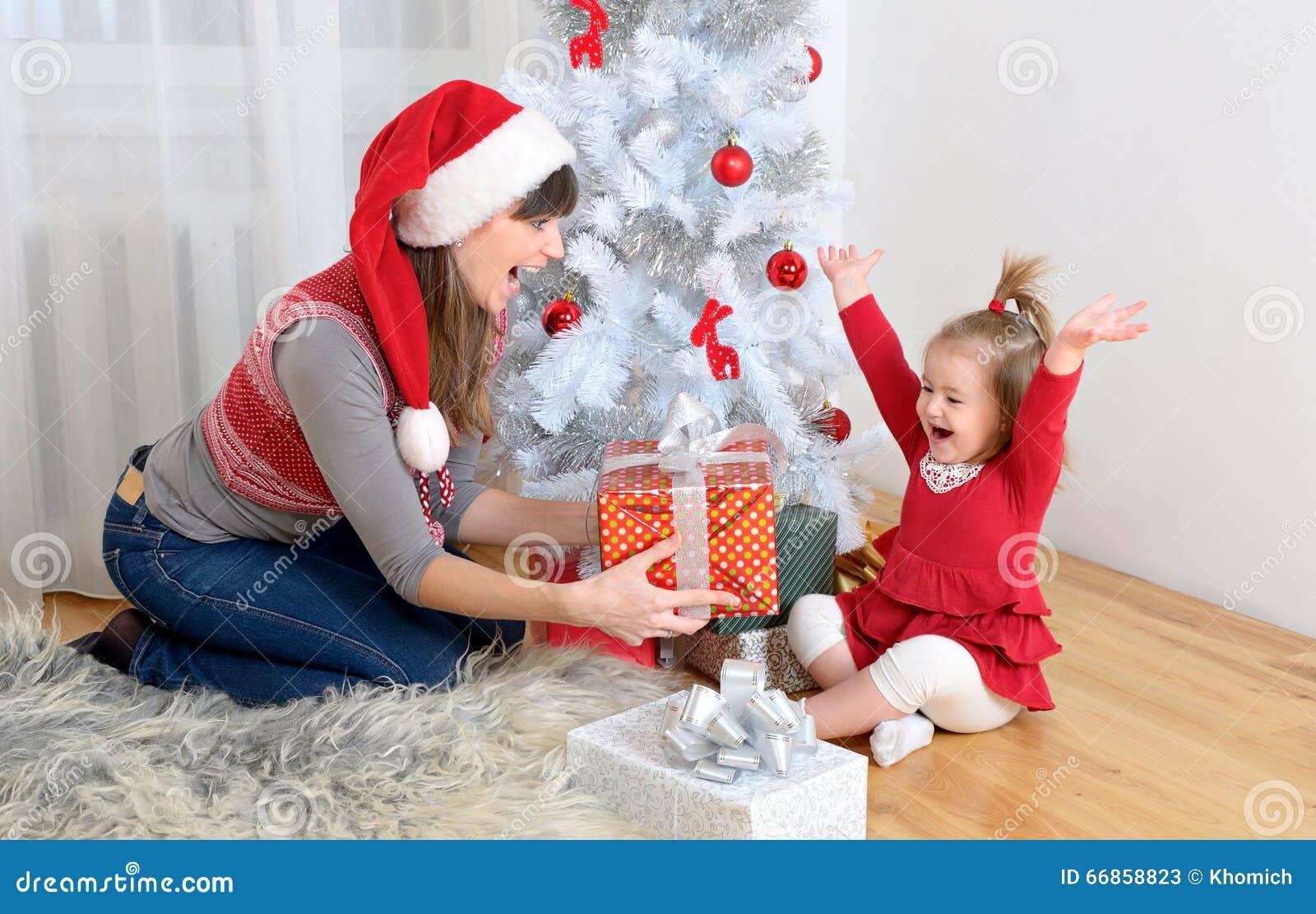 Mère avec Noël de fille