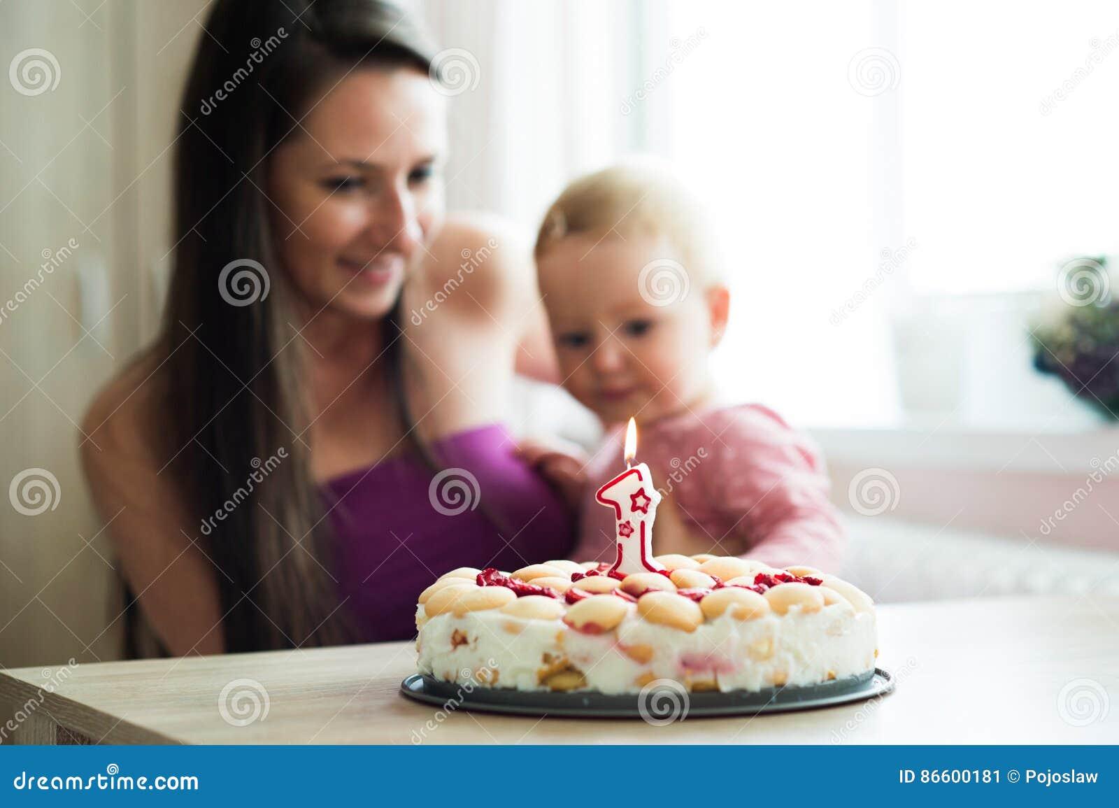 Mère Avec Sa Fille Mignonne Et Gâteau Danniversaire Avec La
