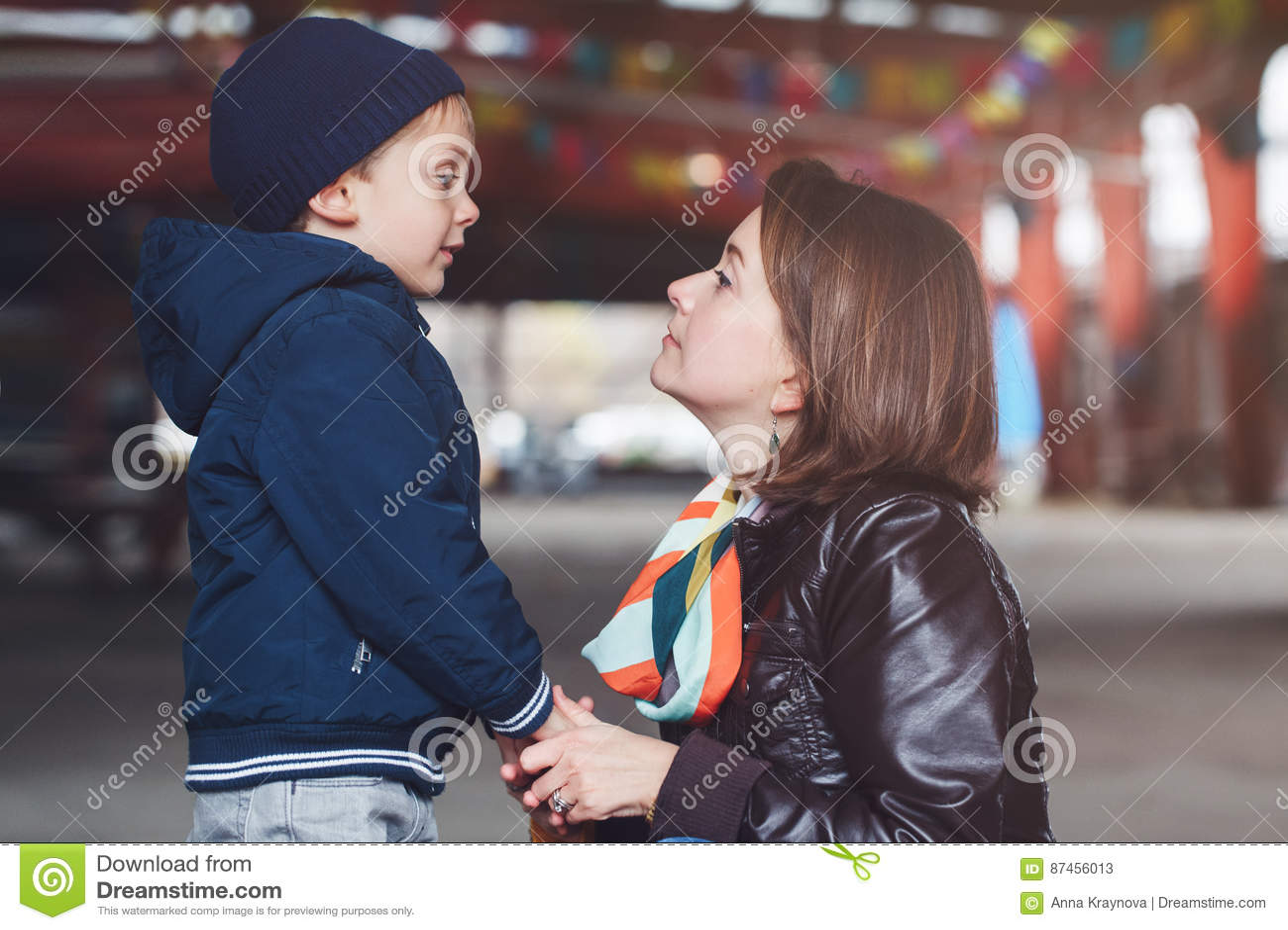 Mère blanche et fils caucasiens parlant entre eux, famille heureuse de deux