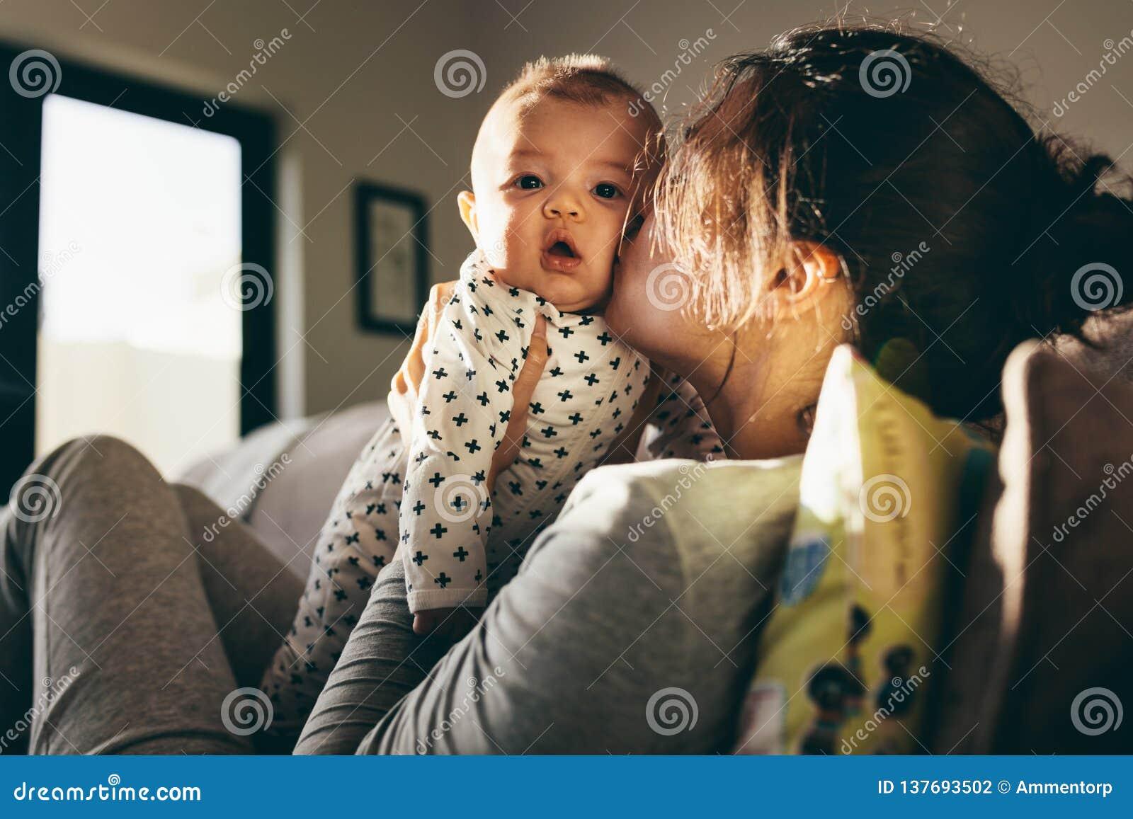 Mère choyant son bébé