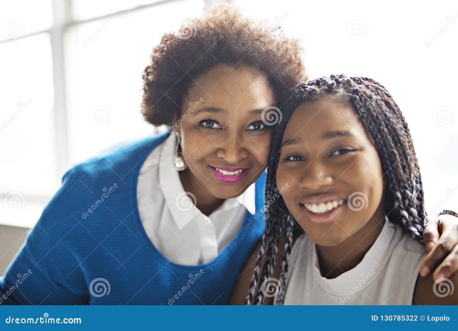 Mère d afro-américain et portrait étroit de fille