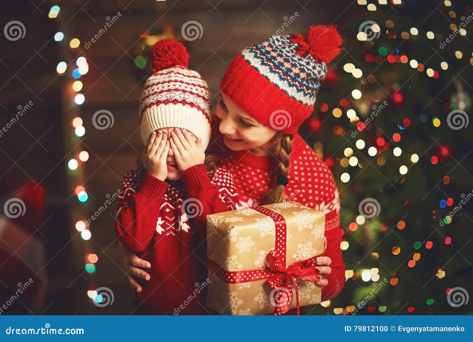 62fbf34364e34 Mère De Famille Et Fille Heureuses D enfant Avec Le Cadeau De Noël ...