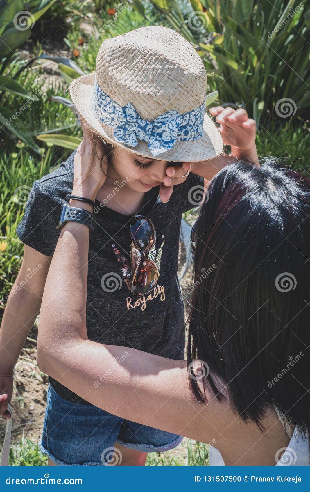 Mère essuyant loin les larmes de l enfant de son visage