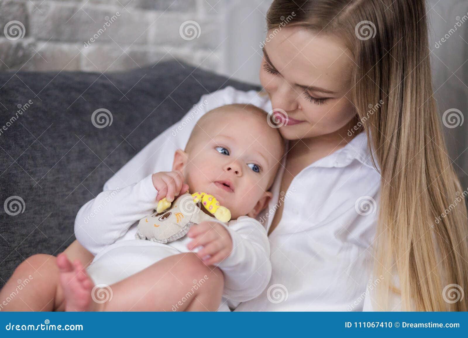 Mère et chéri sur le bâti